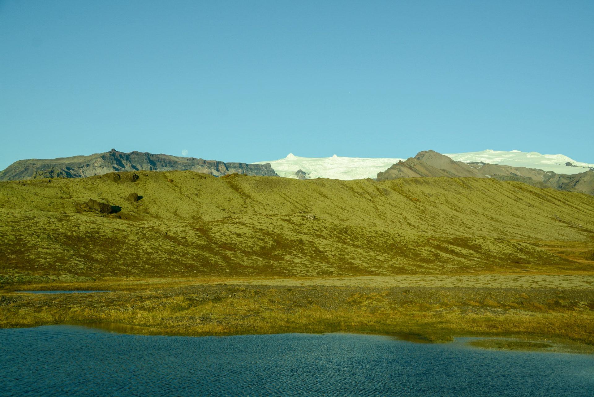 Das Ensemble aus Mond, Schnee, Seen und Wiesen begleitet uns ständig in Island