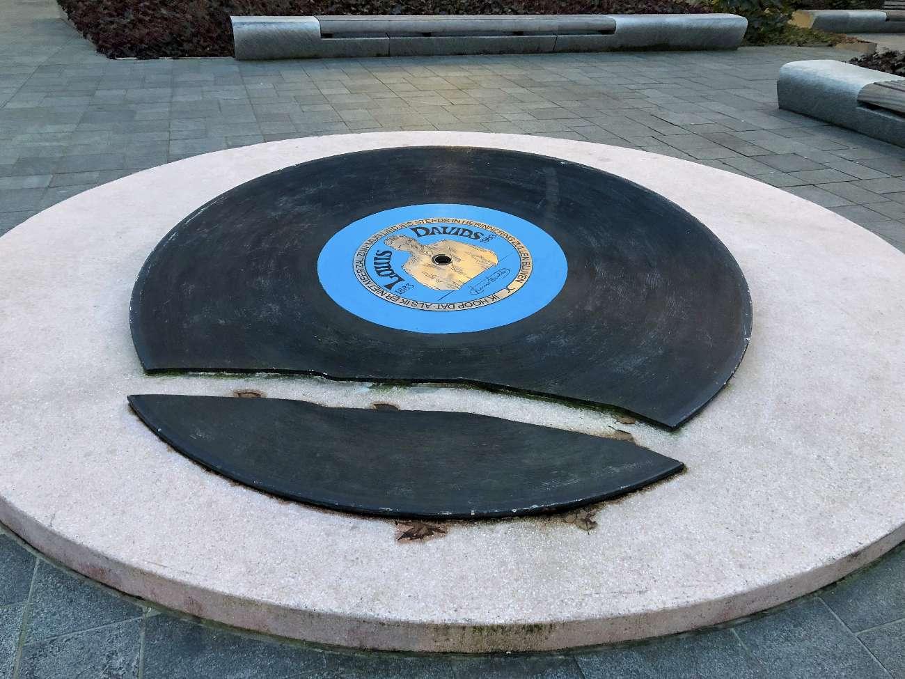 Eine zerbrochene Schallplatte als Skulptur. Doch es gibt eine Menge toller Plattenläden in Rotterdam.