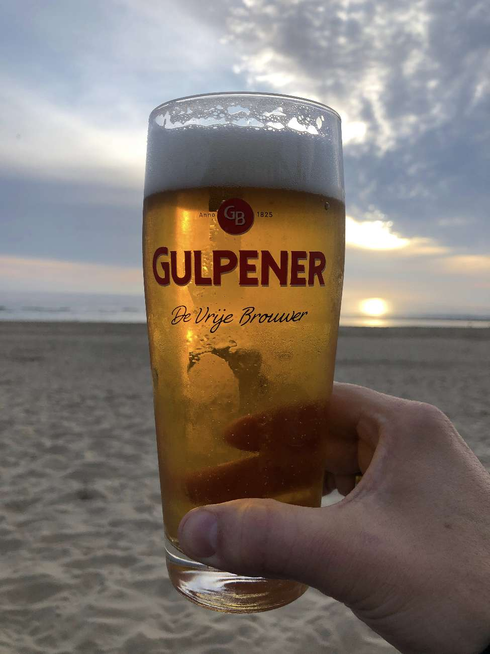 Bierchen der Marke Gulpener im Strandpavillon Badabing in Bergen aan Zee