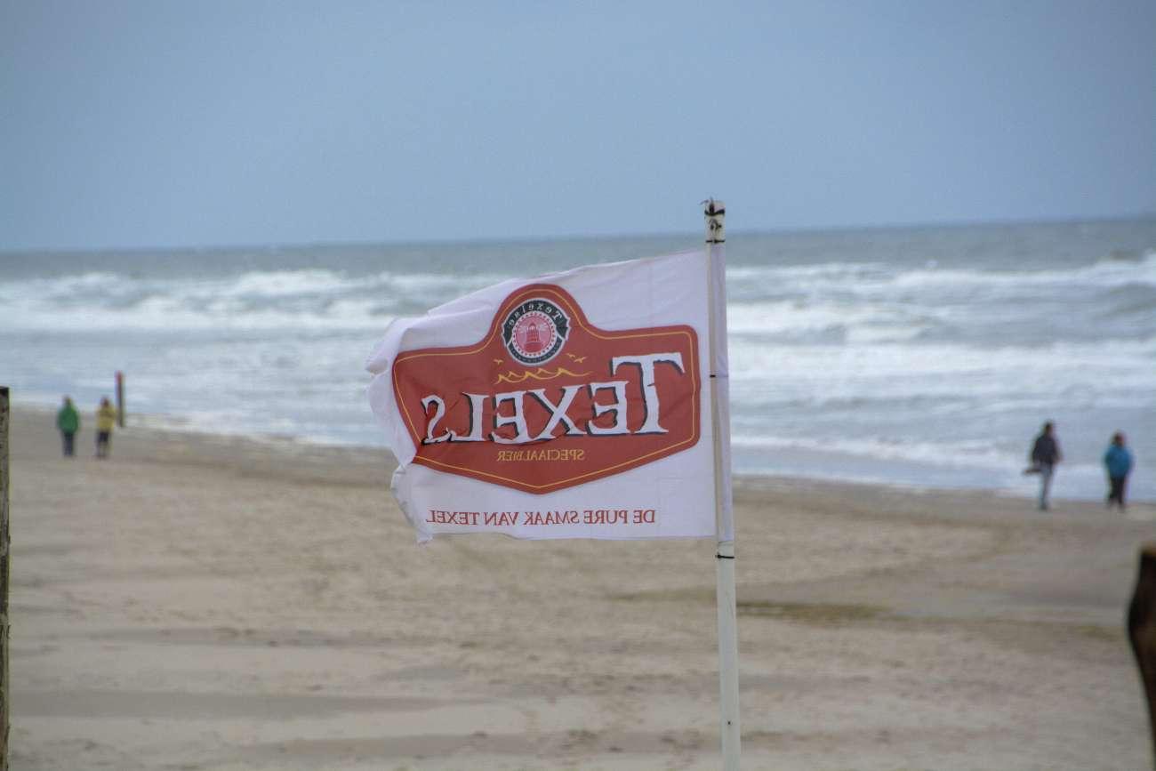 Strandpavillon Paal 17 mit Skuumkoppe auf Texel mit stürmischer See