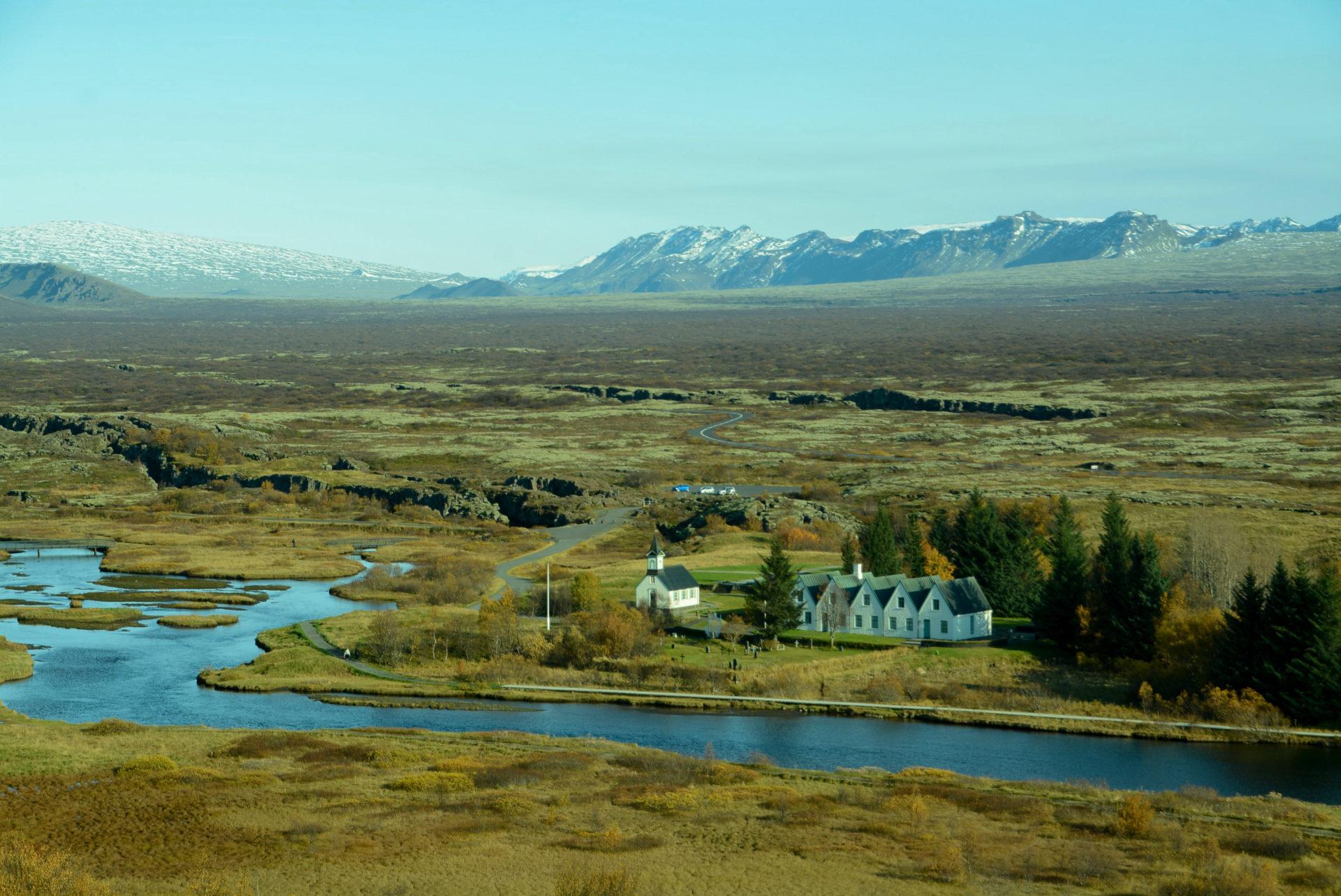 Häuser und Kirche am Thingvellir in Island