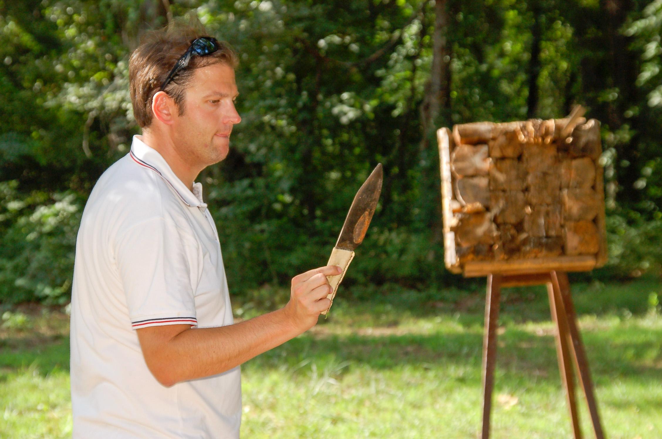 Autor Ralf Johnen versucht sich beim Wurf eines Tomahawk während seines Ranchurlaubs in Amerika