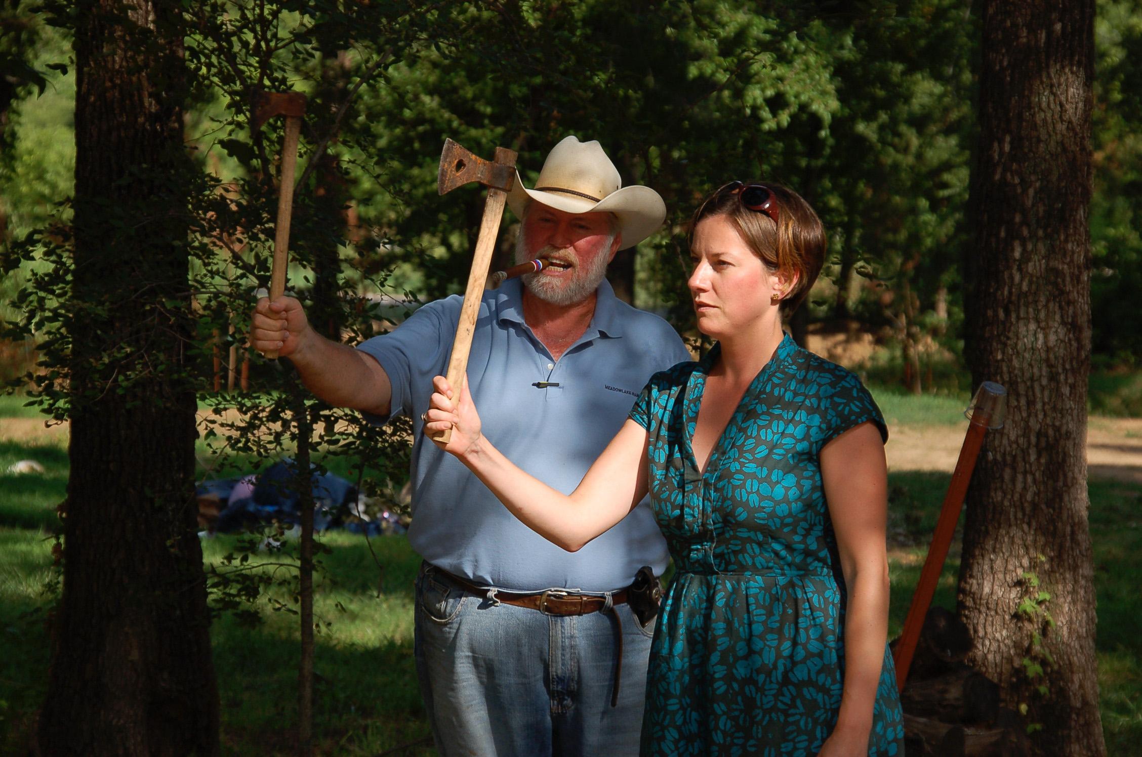 Cowboy und junge Frau aus Deutschland beim Urlaub der Due Ranch in Oklahoma mit Tomahawk