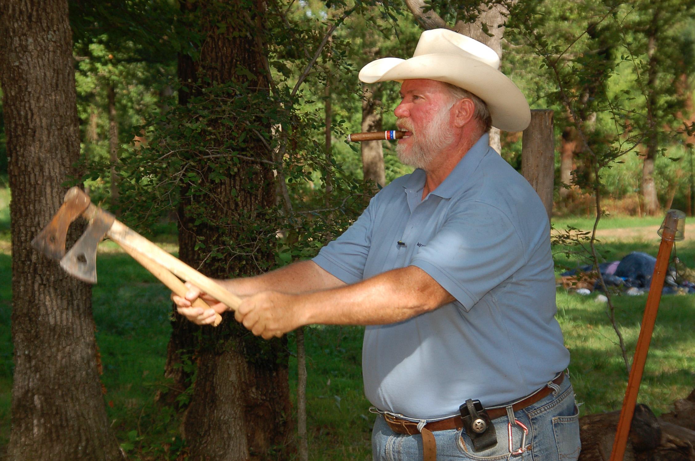 Cowboy mit Zigarre wirft Tomahawks in der Nähe von Tusla im US-Bundesstaat Oklahoma