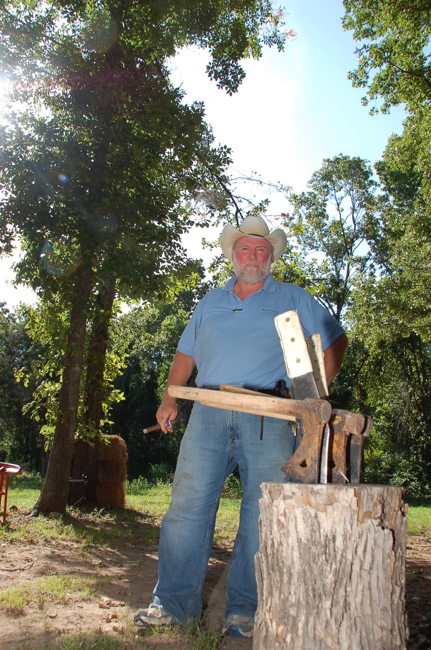Cowboy Bill raucht Zigarre und wirft mit Tomahawks auf der Dude Ranch in Oklahoma
