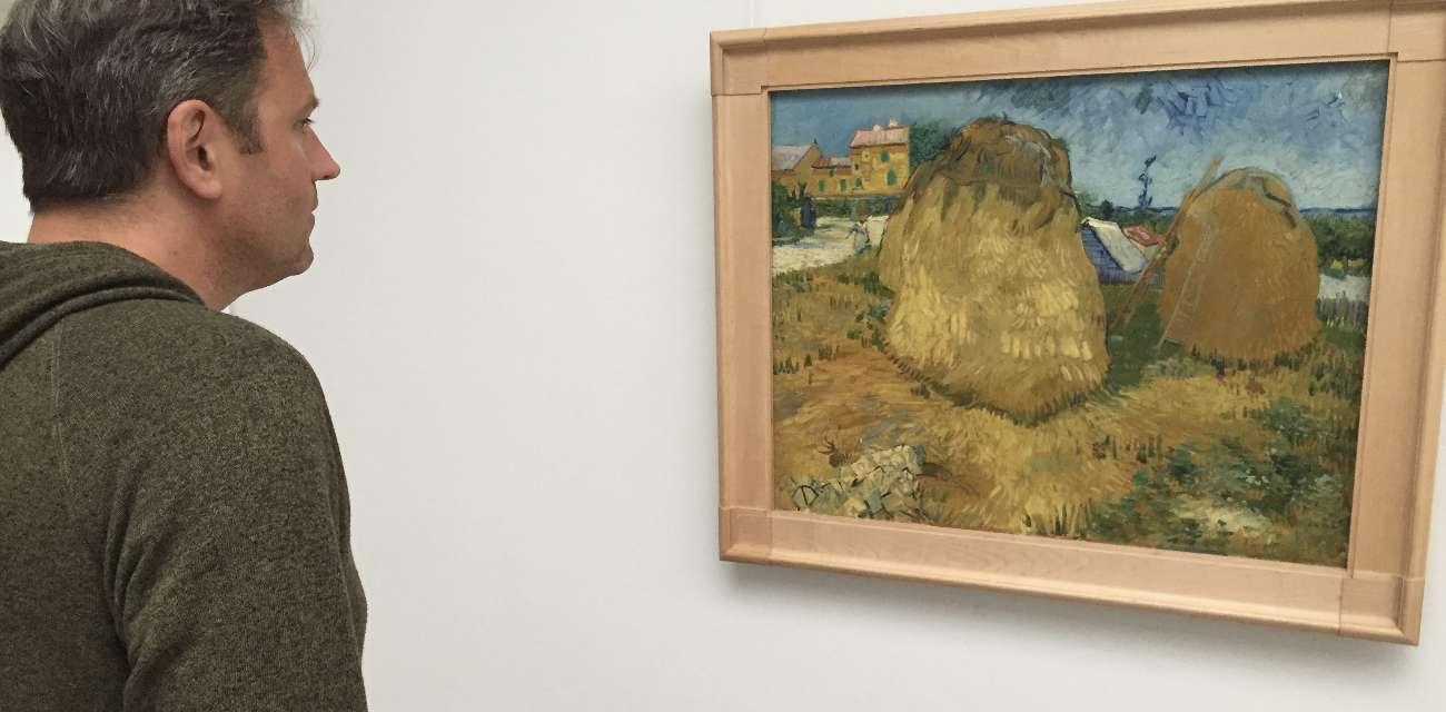 Blogger Ralf Johnen schaut sich ein Gemälde von Vincent van Gogh im Kröller-Müller-Museum im Nationalpark Hoge Veluwe an
