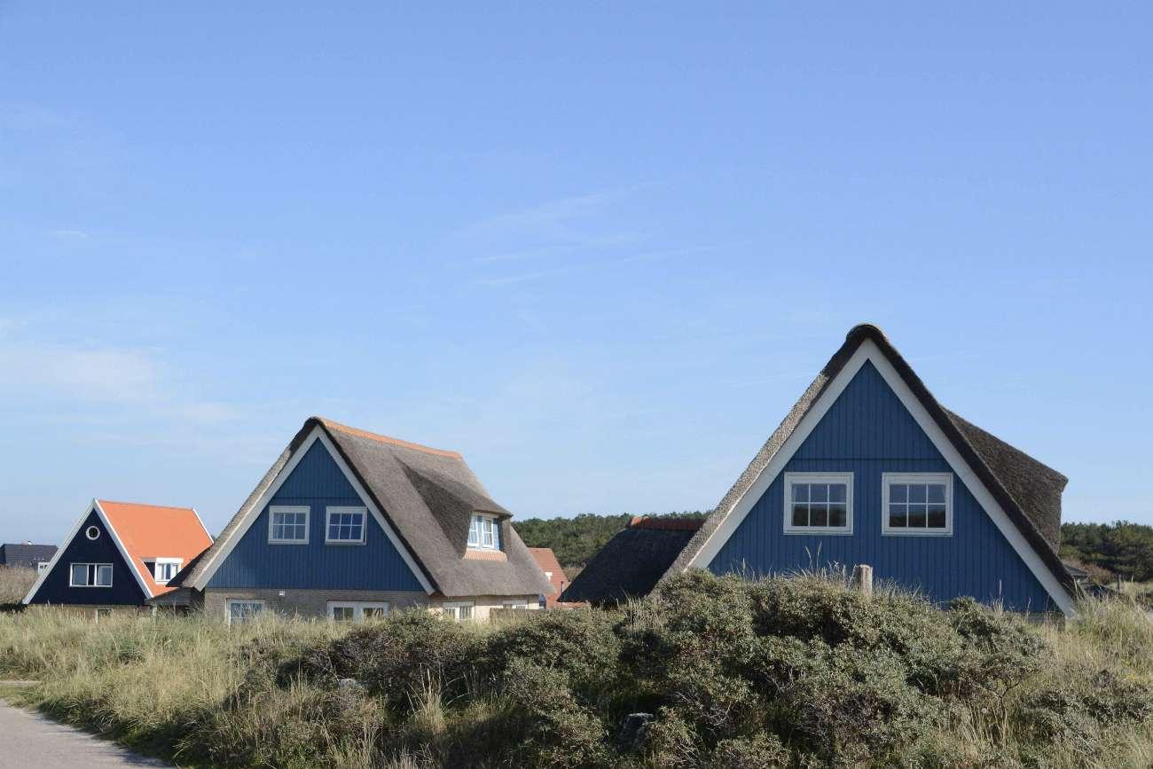 Häuser mit Reetdächern auf der niederländischen Insel Vlieland