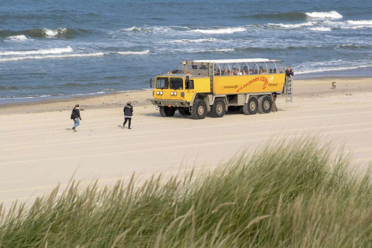Das Amphibienfahrzeug Vliehors Express bringt Besucher zu den großen Sandflächen auf den Wattenmeerinseln in den Niederlanden