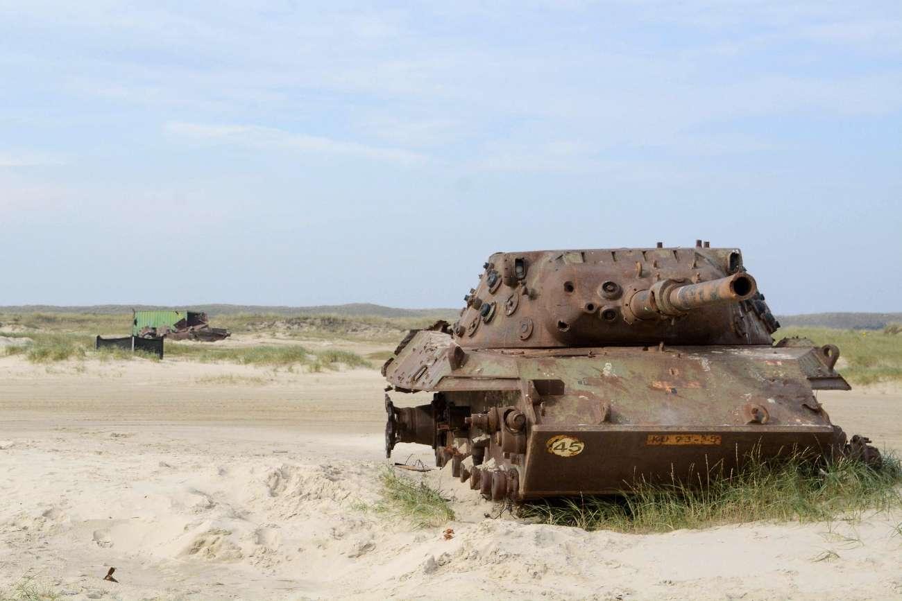 Ein Panzer im Vliehors, einem militärischen Sperrgebiet auf den niederländischen Wattenmeerinseln, das nur an Wochenende geöffnet ist