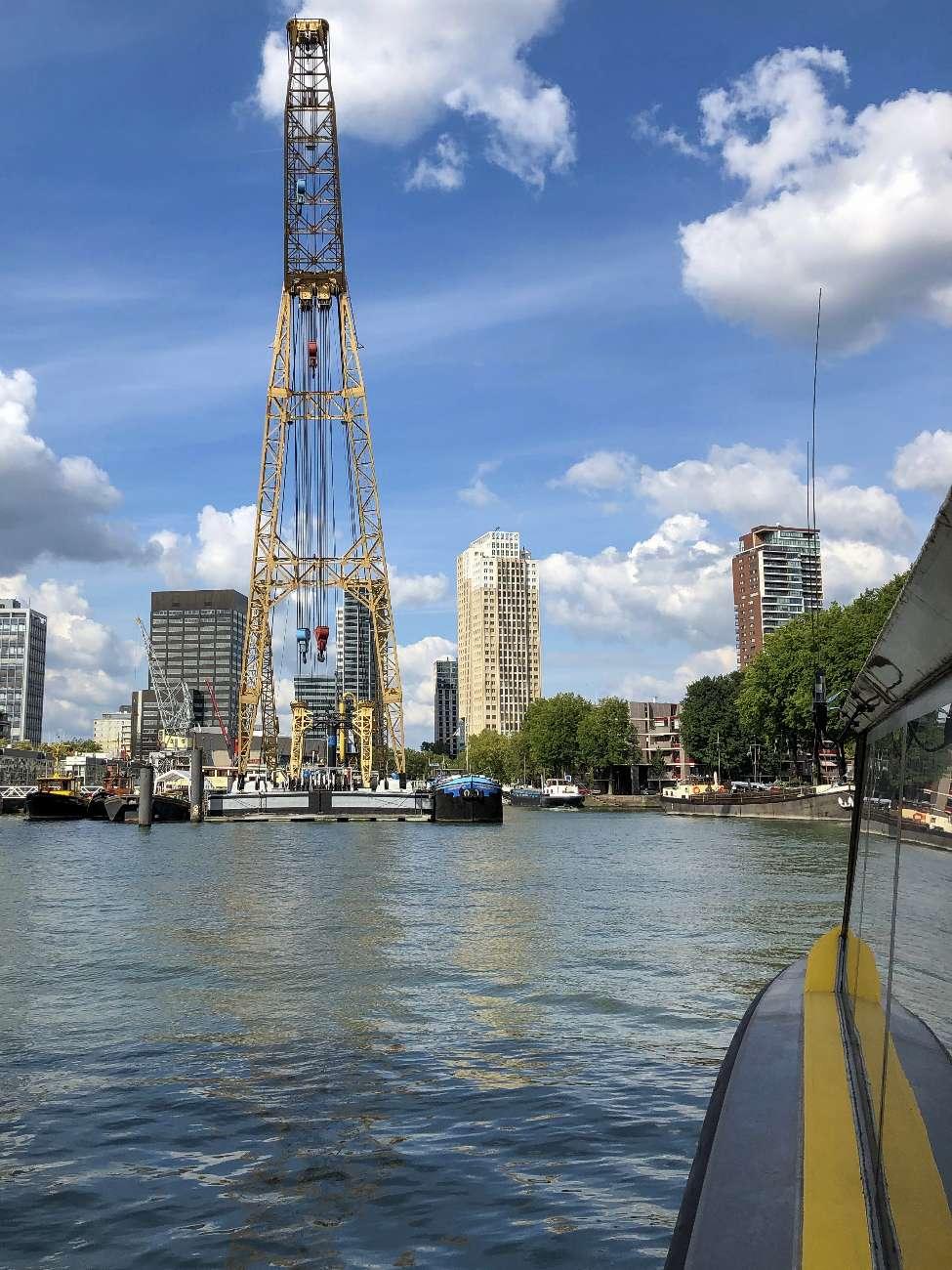 Fahrt mit dem Wassertaxi von der SS Rotterdam zum Leuvehaven in Rotterdam.