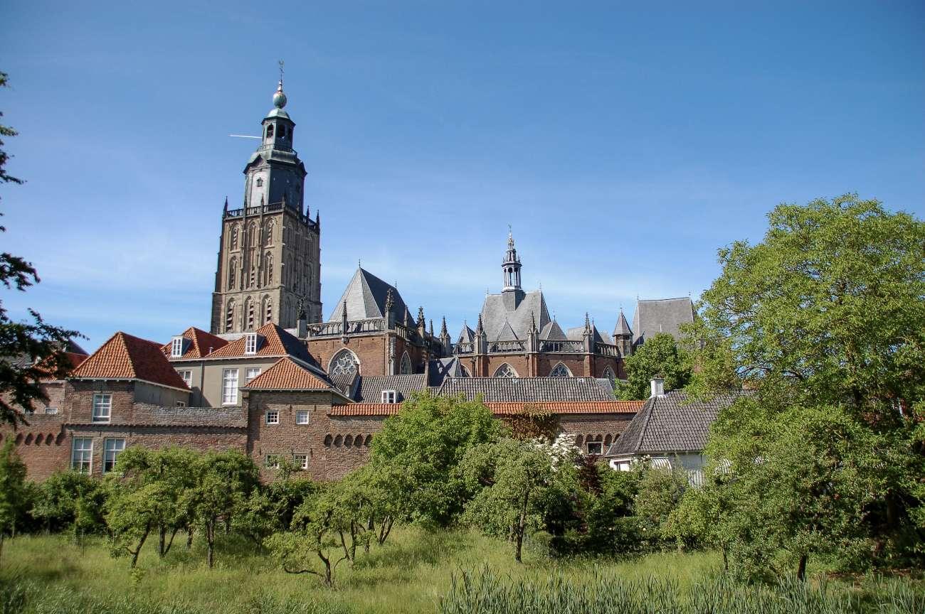 Die Stadtmauer der niederländischen Hansestadt Zutphen mit Kirche