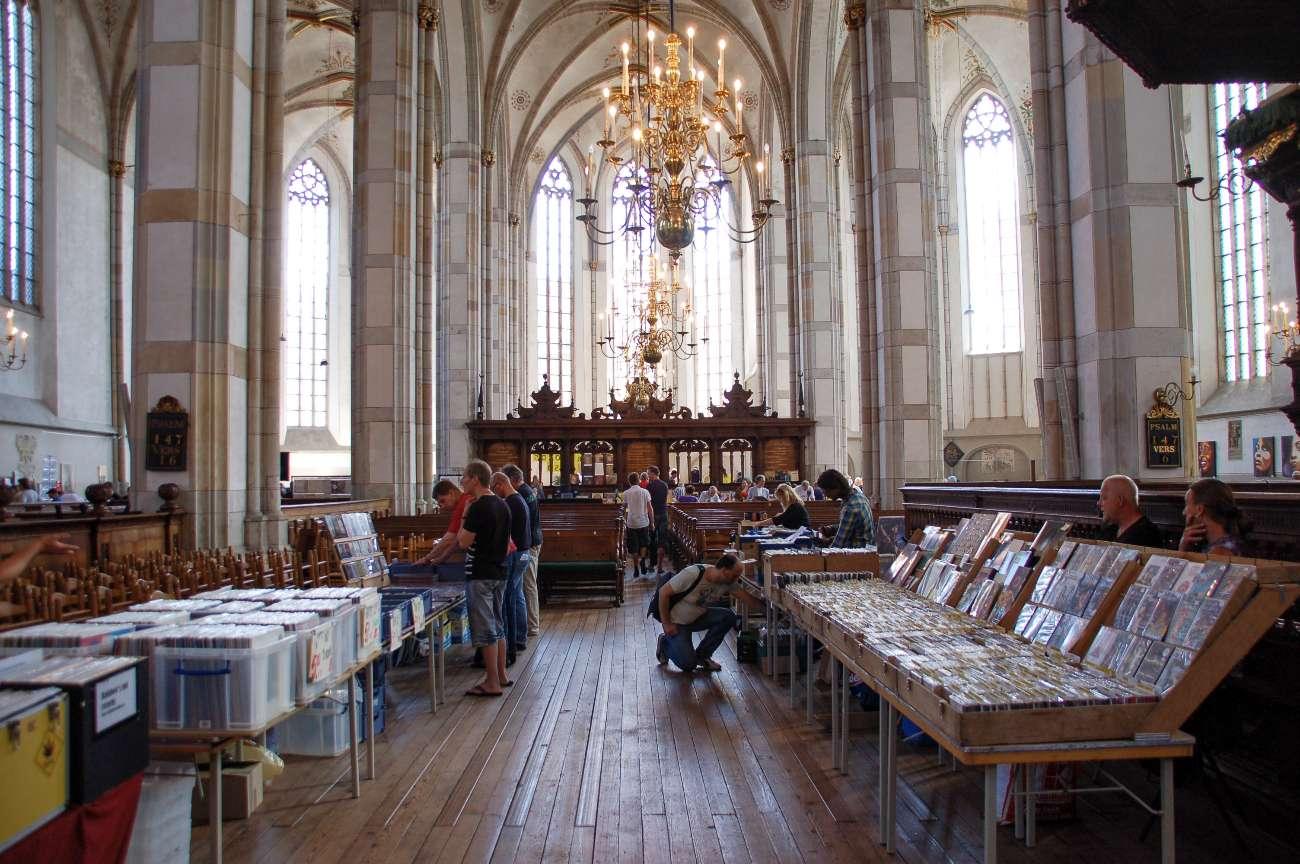 Eine Schallplattenbörse in der Kirche der Hansestadt Zwolle in den Niederlanden