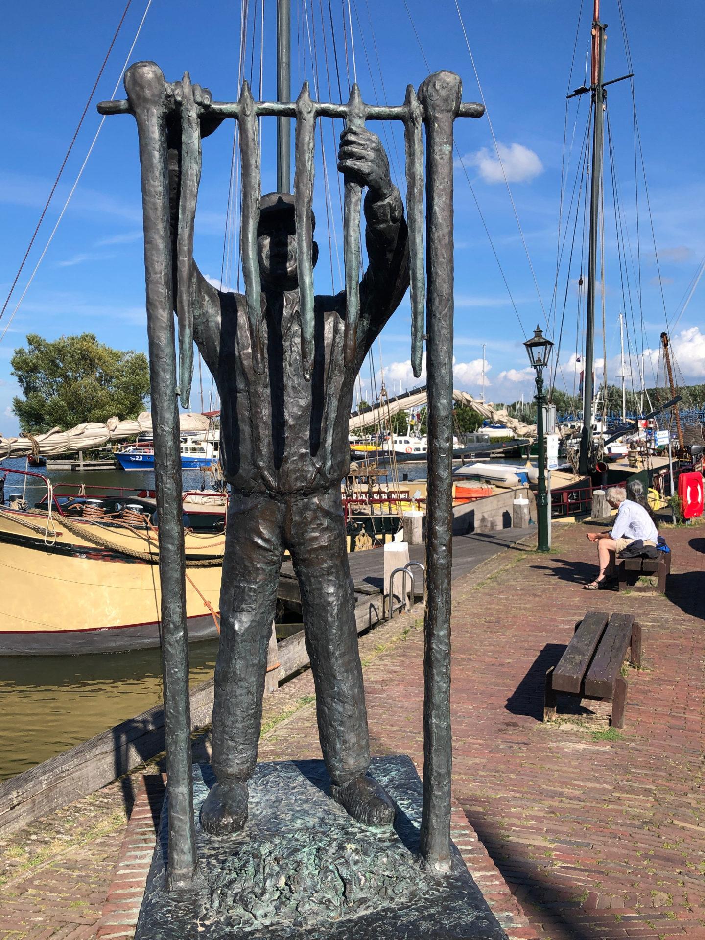 Denkmal für einen Aalräucherer im Hafen von Monnickendam