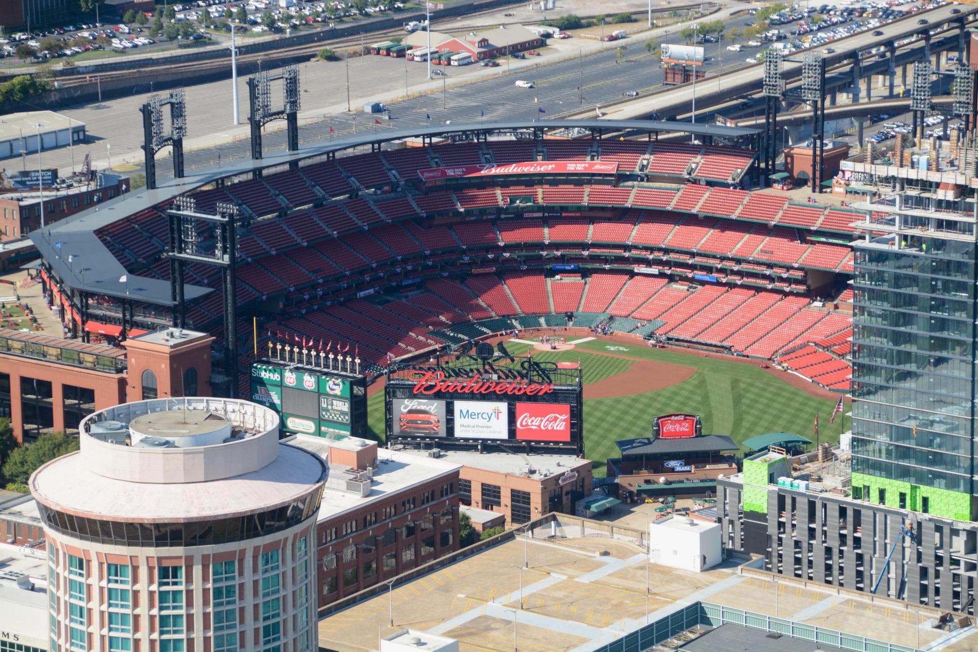 Das Stadion des Saint Louis Cardinals aus dem Gateway Arch