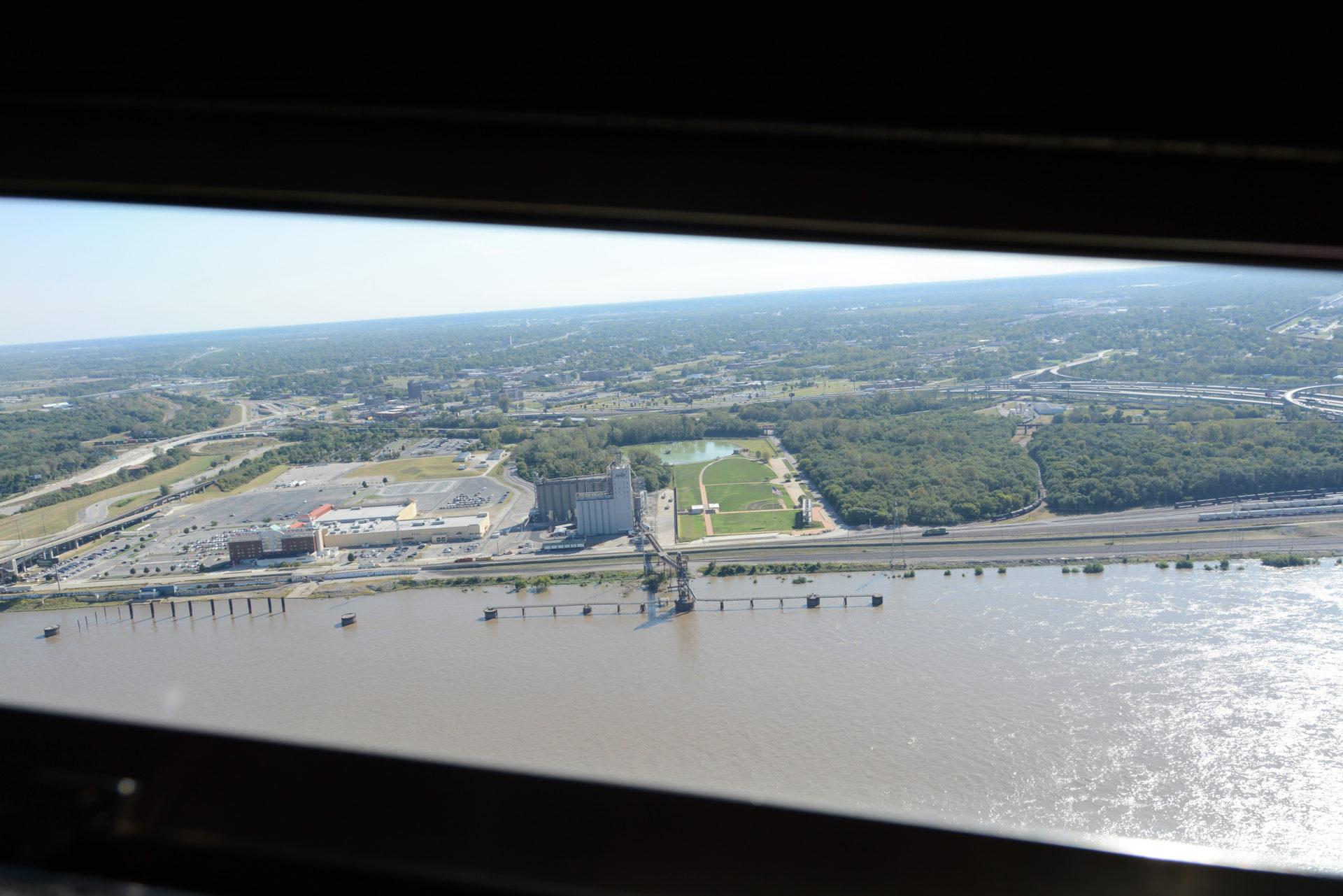 Blick auf den Mississippi aus dem Gateway Arch in Downtown Saint Louis