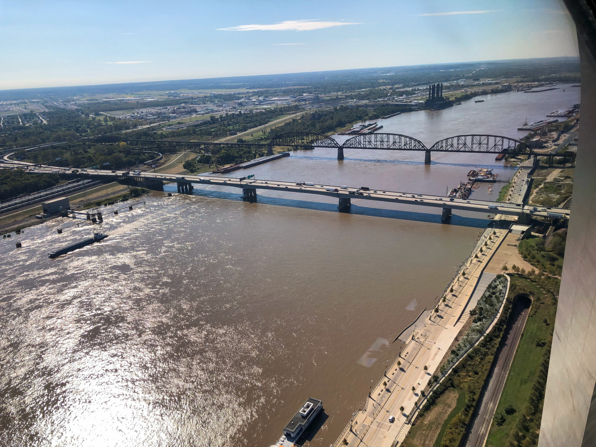 Blick über das braune Wasser des Mississippi in St. Louis aus 192 Metern Höhe