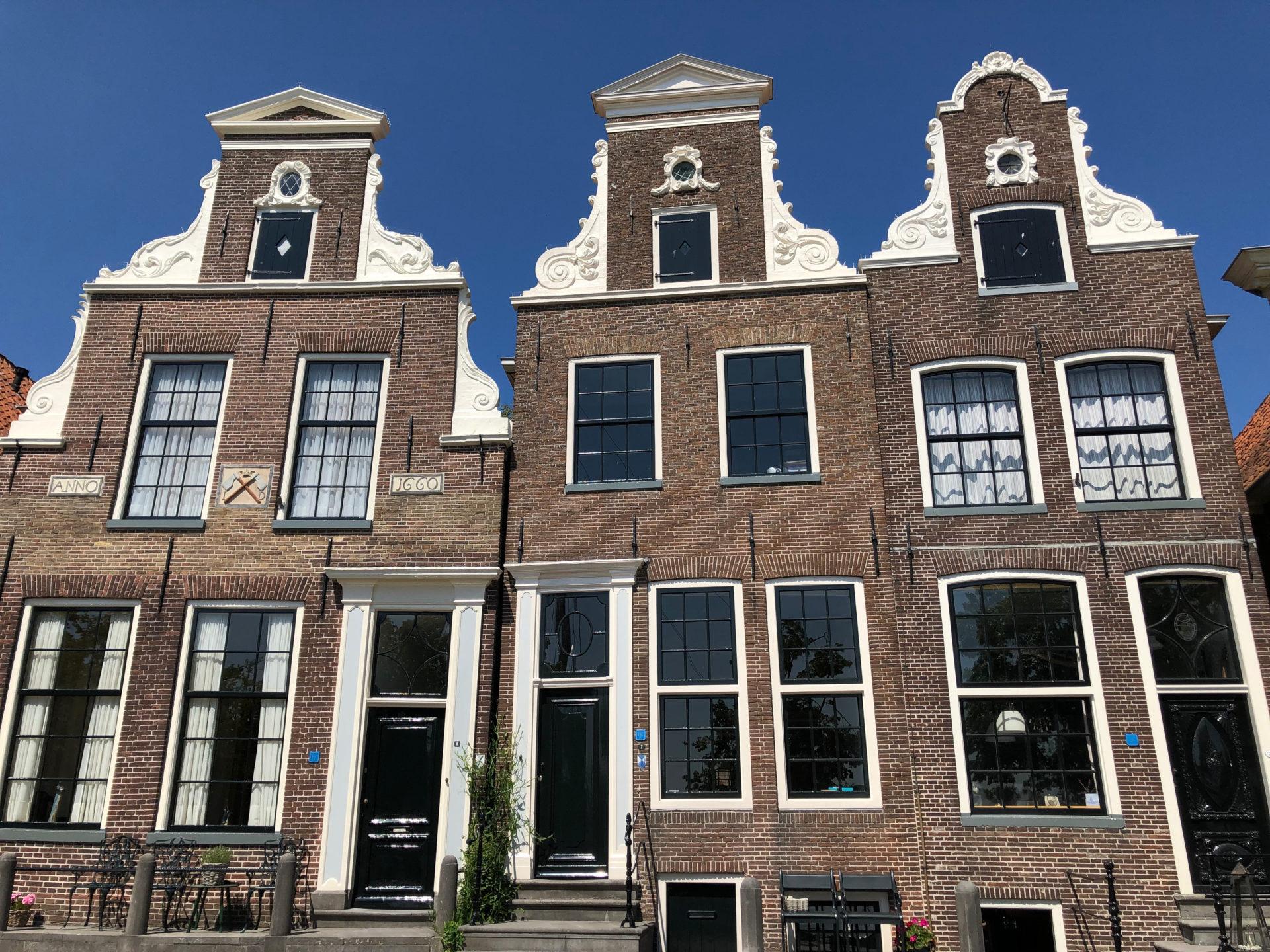 Patrizierhäuser am Hafen von Blokzeil in der Provinz Overijssel in den Niederlanden