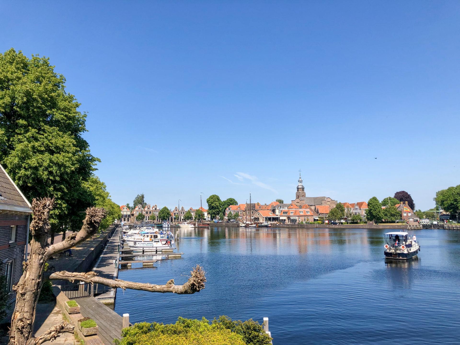 Die Hafeneinfahrt von Blokzijl in der von Giethoorn in den Niederlanden