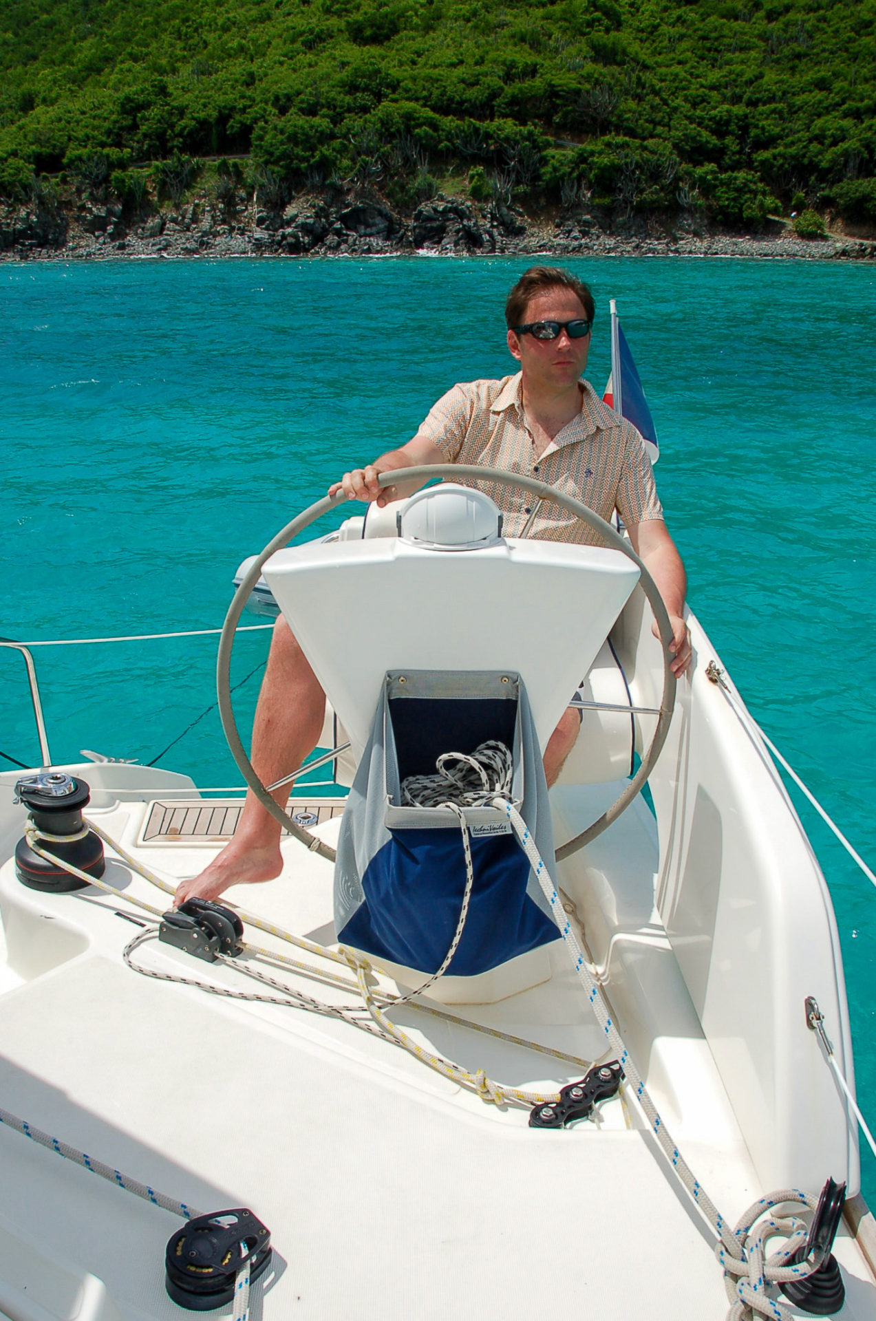 Autor Ralf Johnen niavigiert den Katamaran nach der Einreise auf die British Virgin Islands