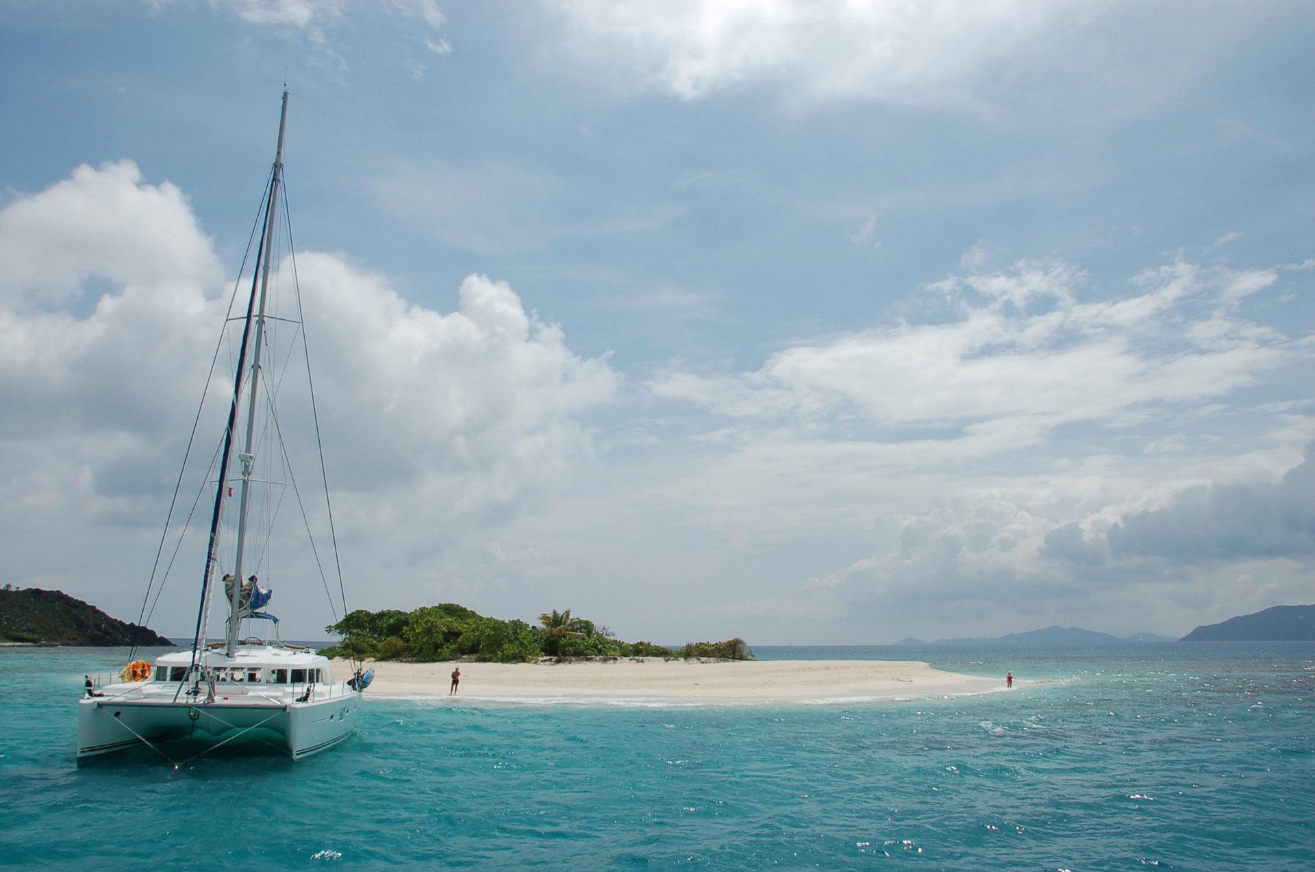 Katamaran vor Sandy Spit auf den British Virgin Islands