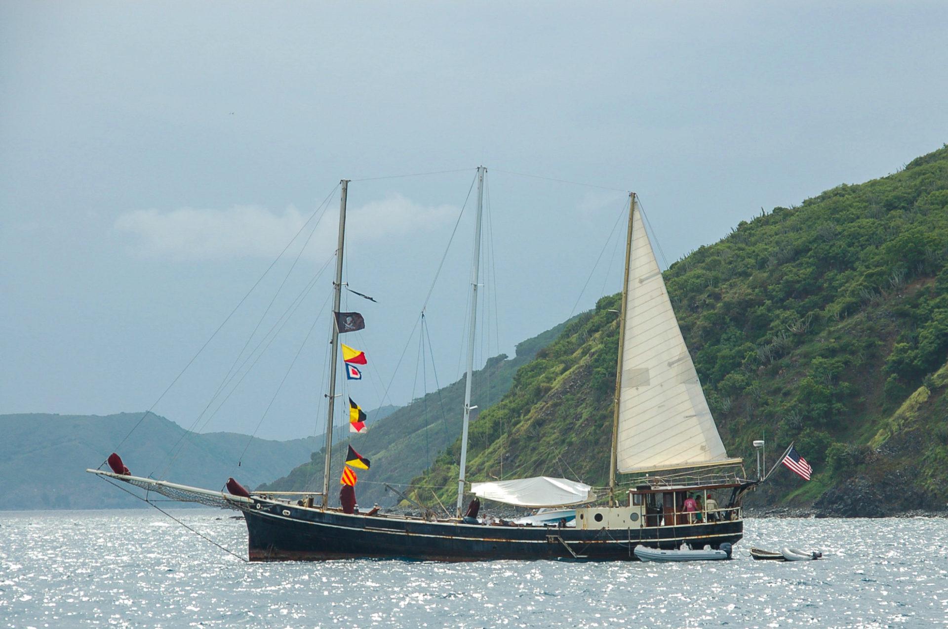 Amerikanischer Dreimaster nach der Einreise auf die British Virgin Islands
