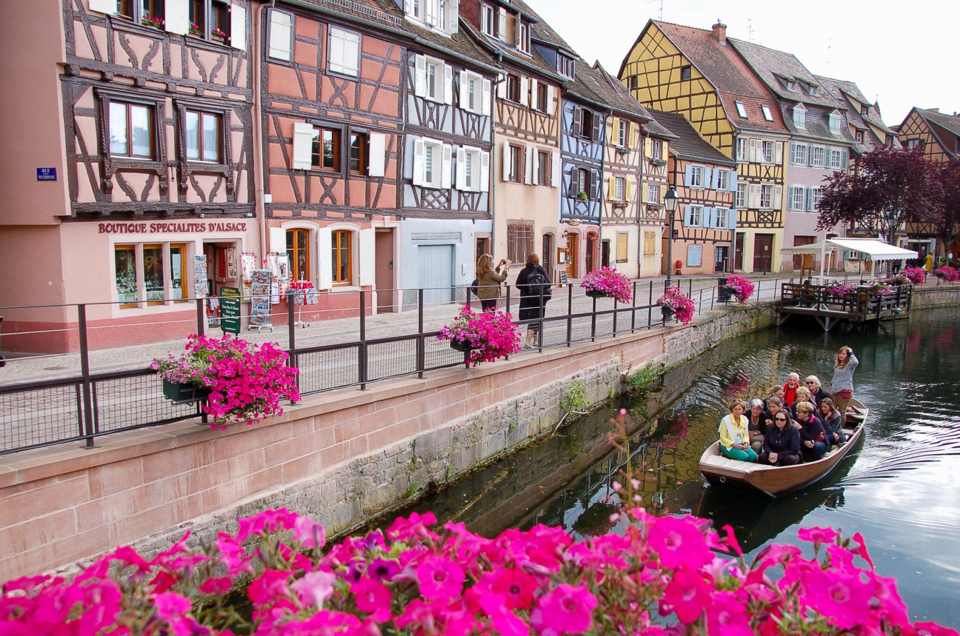 Kanal und Blumen mit Fachwerkhäusern in Colmar im Elsass