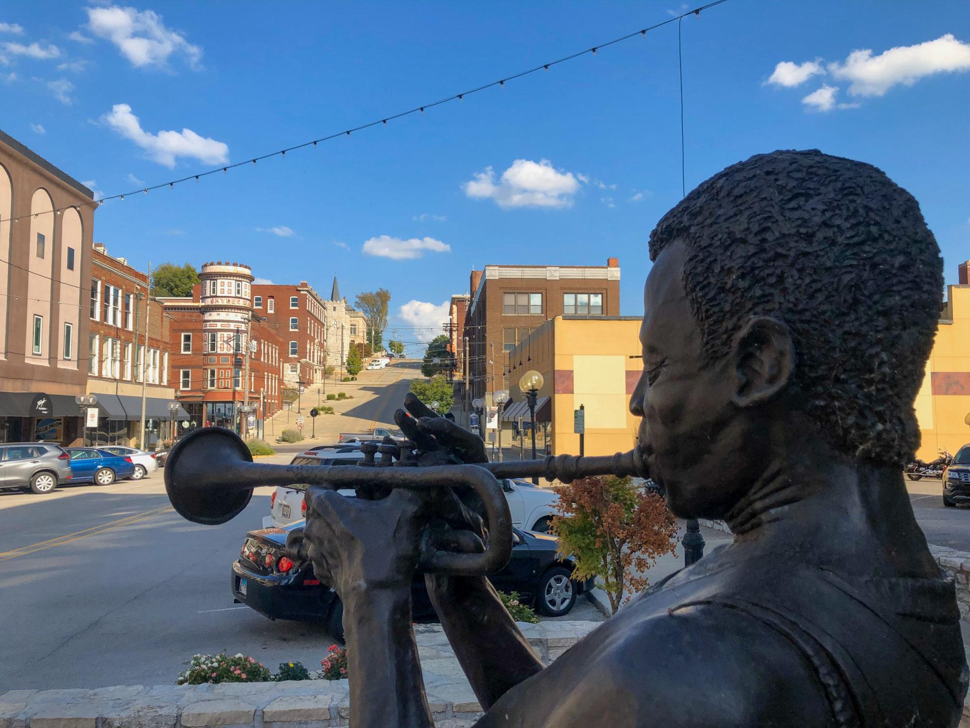 Alton ist der Geburtsort von Miles Davis, an den eine Statue an der Route 66 erinnert