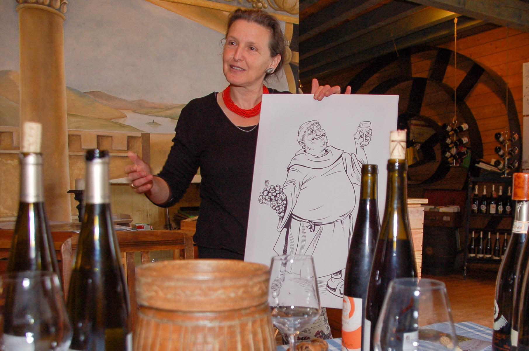 Innenaufnahme aus der Domaine Clur im Elsass mit Zeichnung, Flaschen und Gläser