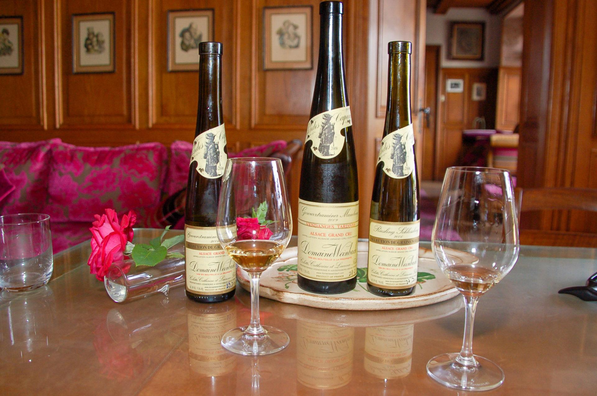 Flaschen der Domaine Weinbach mit Gläsern beim Raod Trip über die Elsässische Weinstraße