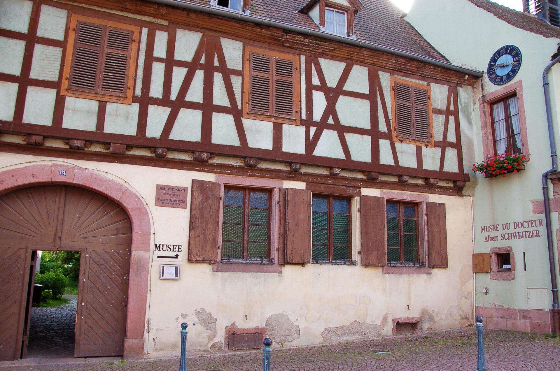 Das Geburtshaus von Albert Schweitzer in Katzenthal beim Road Trip über die Elsässische Weinstraße