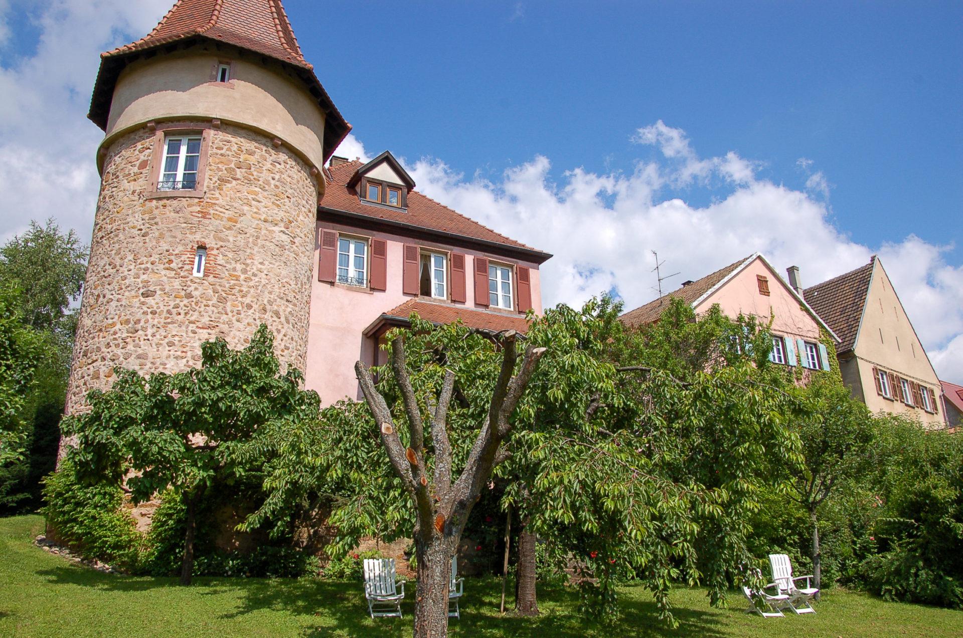Die Pension Clos Froehn im Elsass mit Turm und Garten