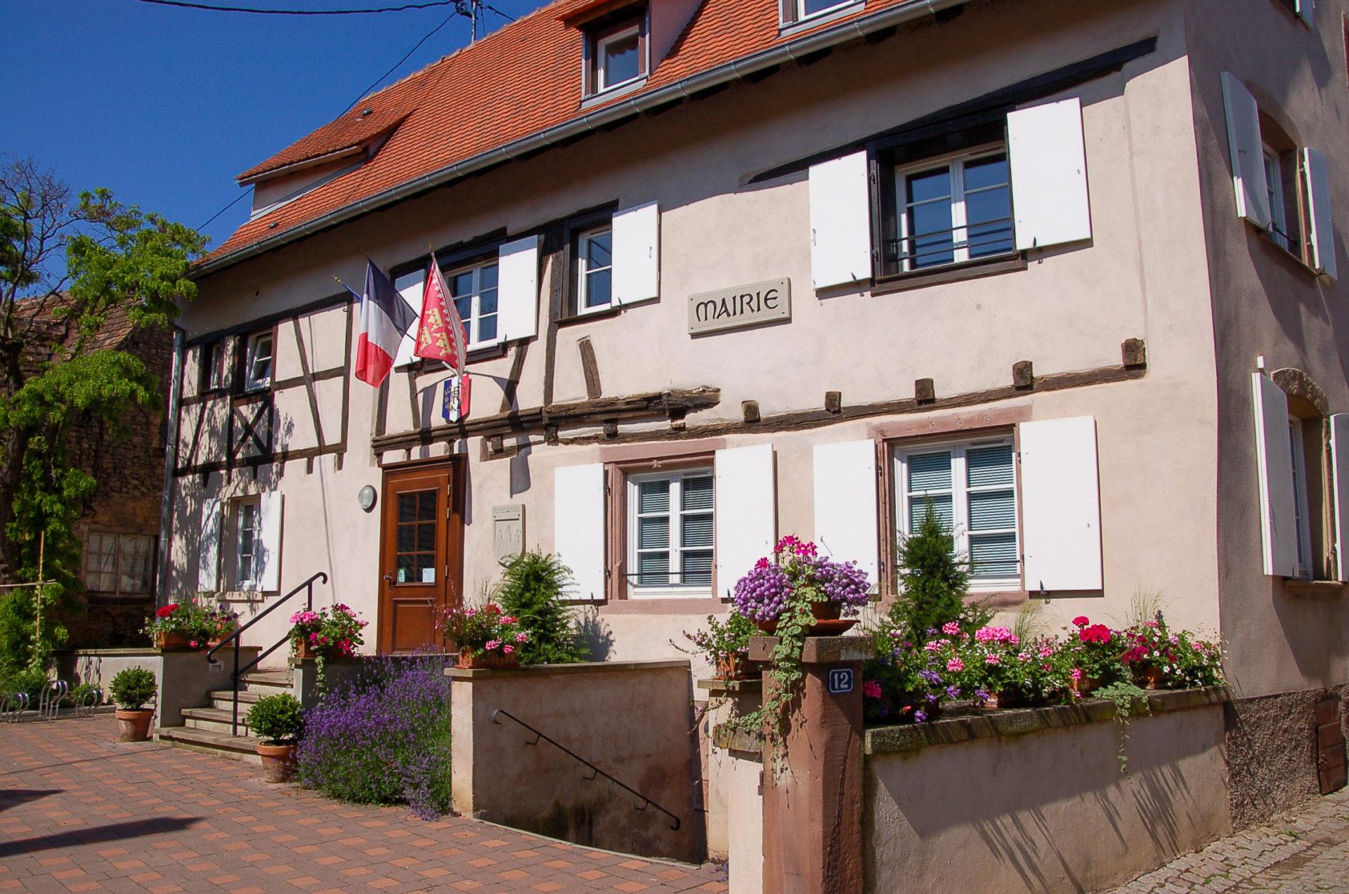 Ein kleines Rathaus in Katzenthal im Elsass
