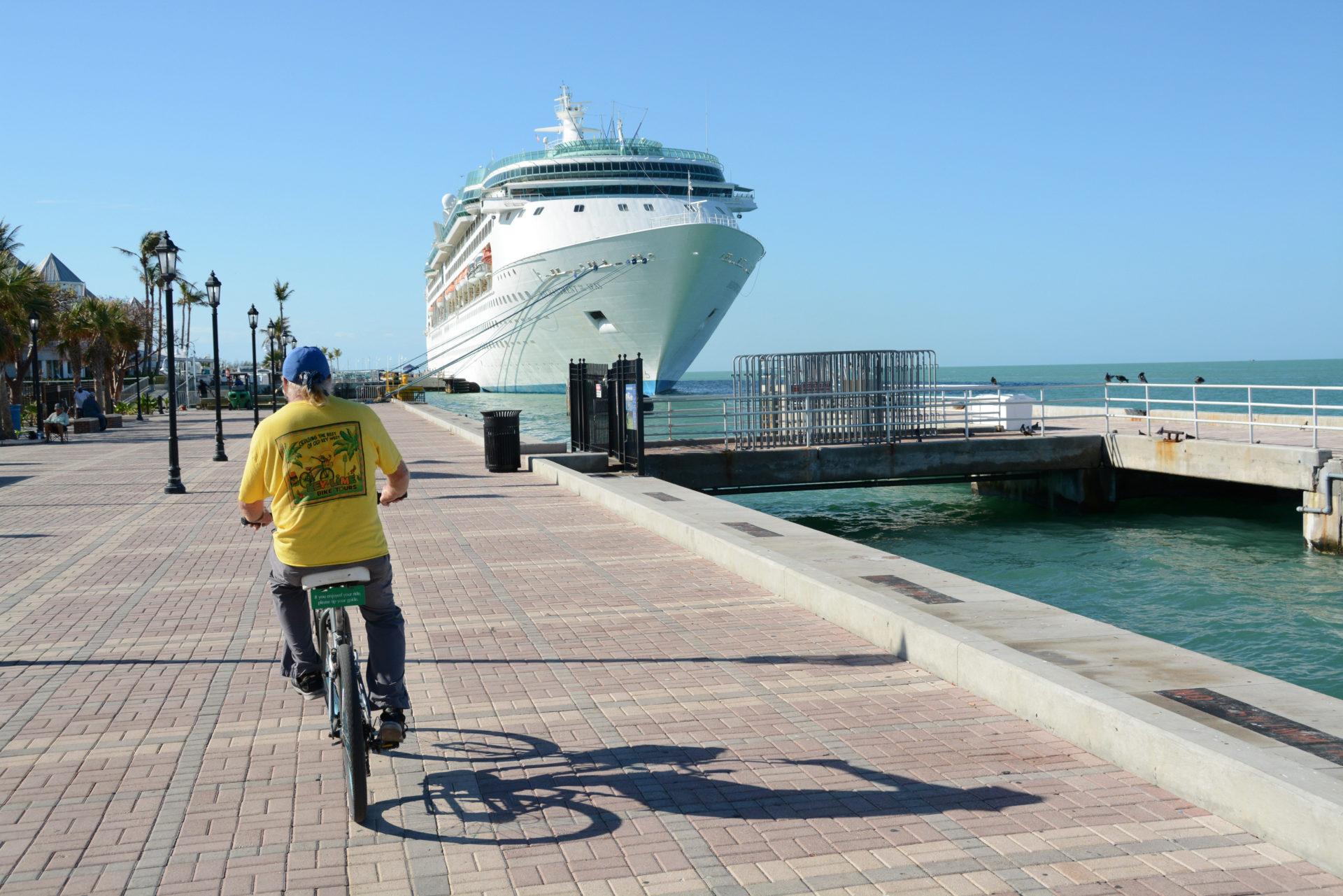 Captain Craig von Key West Bike Tour erzählt Anekdoten von Schätzen, Hemingway und Kuba