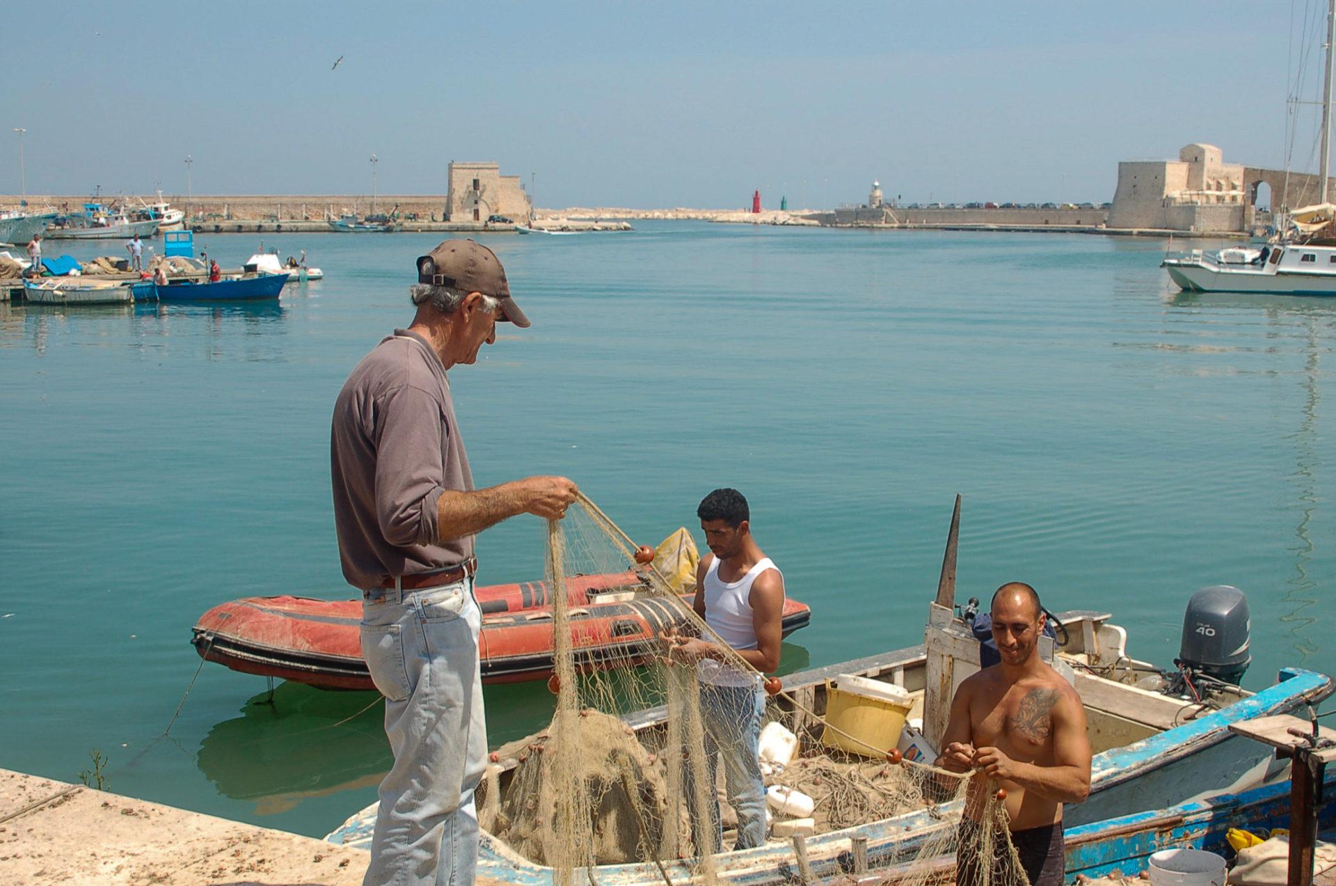 Fischer in der Hafenstadt Trani gehören zu den geheimen Sehenswürdigkeiten in Apulien
