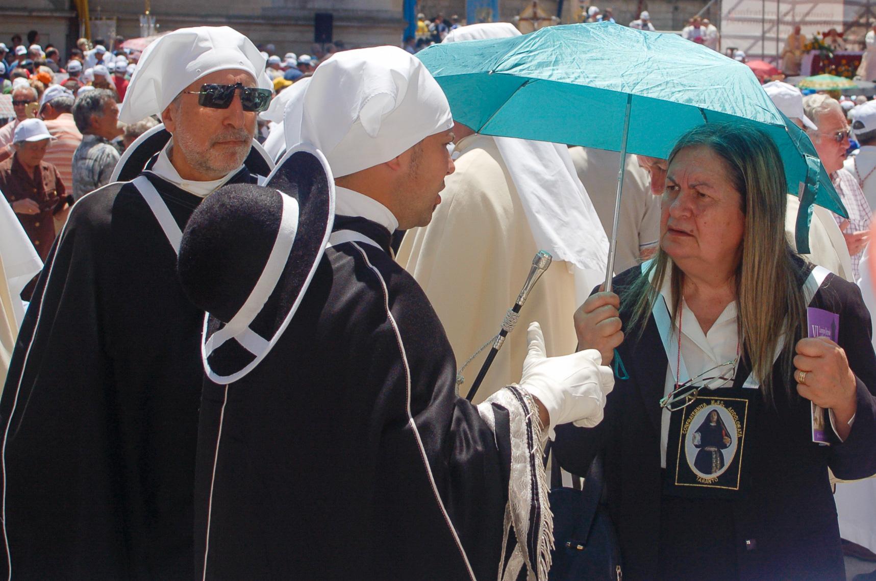 Geistliche mit Sonnenschirm und Sonnebrille in der süitalienischen Stadt Lecce in Apulien