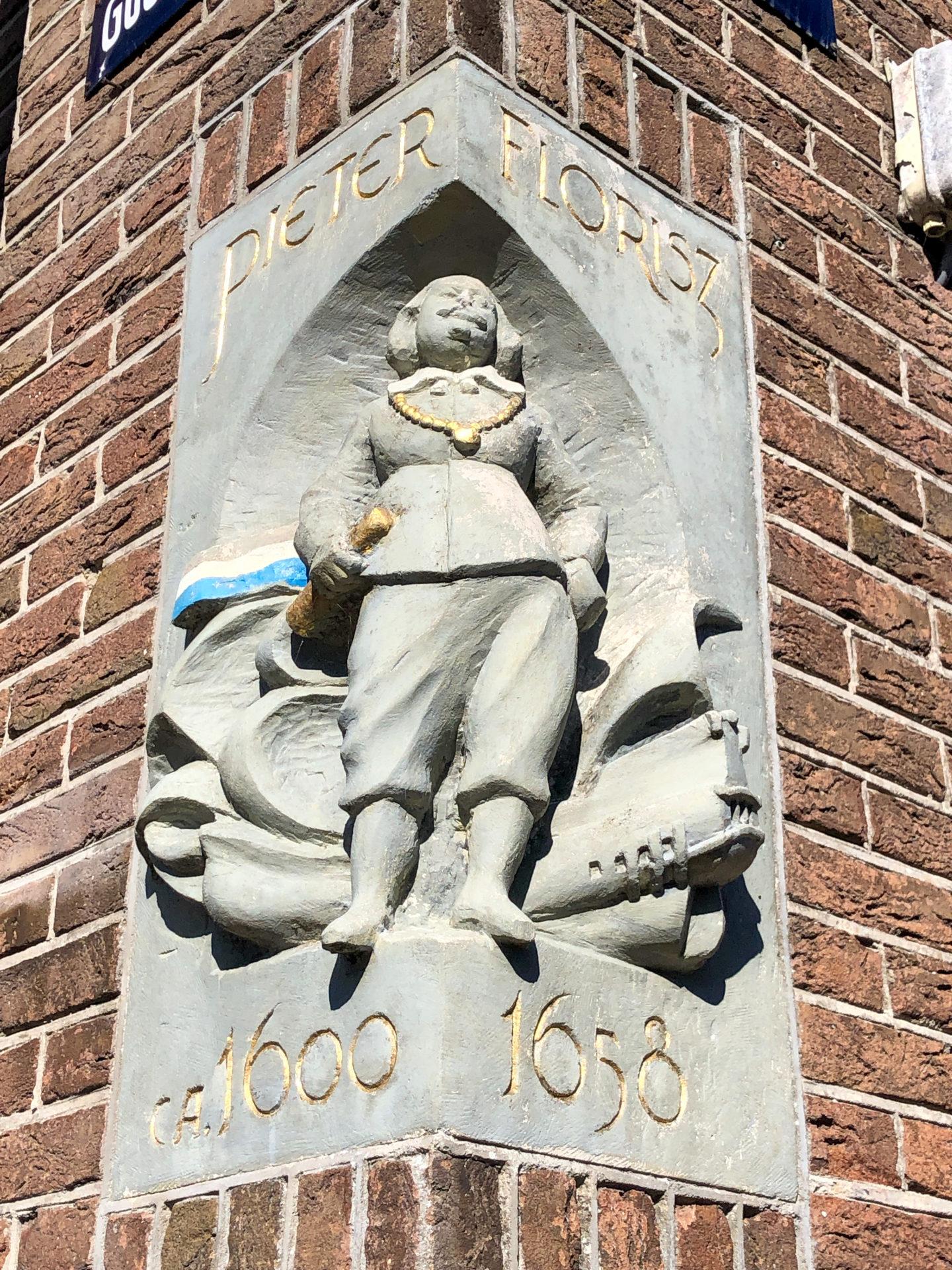 Giebelstein an einem Haus in Monnickendam in Holland