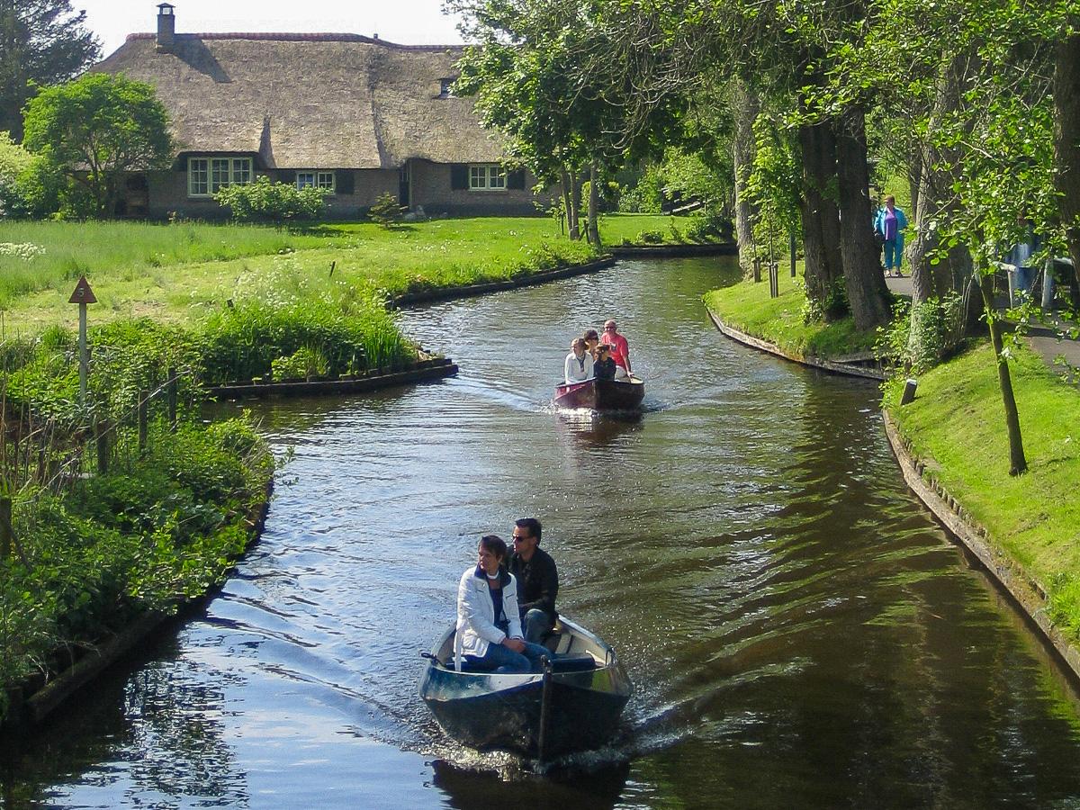 Bootstour in Giethoorn mit dem Flüsterboot auf der Gracht