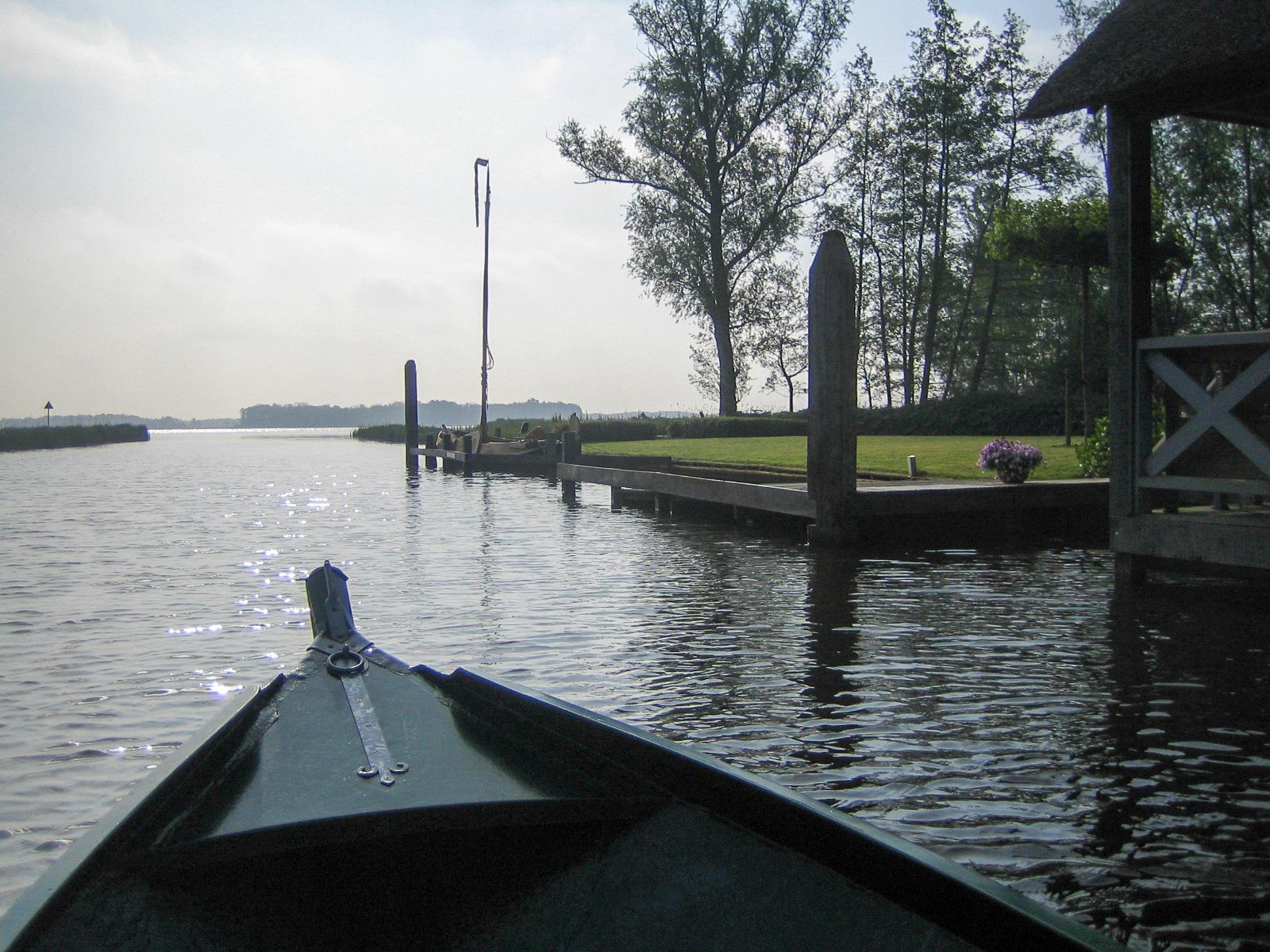 Boot auf dem See Bovenwijde in Giethoorn in den Niederlanden