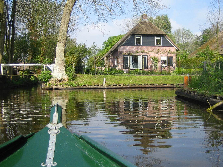 Bootstour durch die Grachten in Giethoorn in der Provinz Overijssel