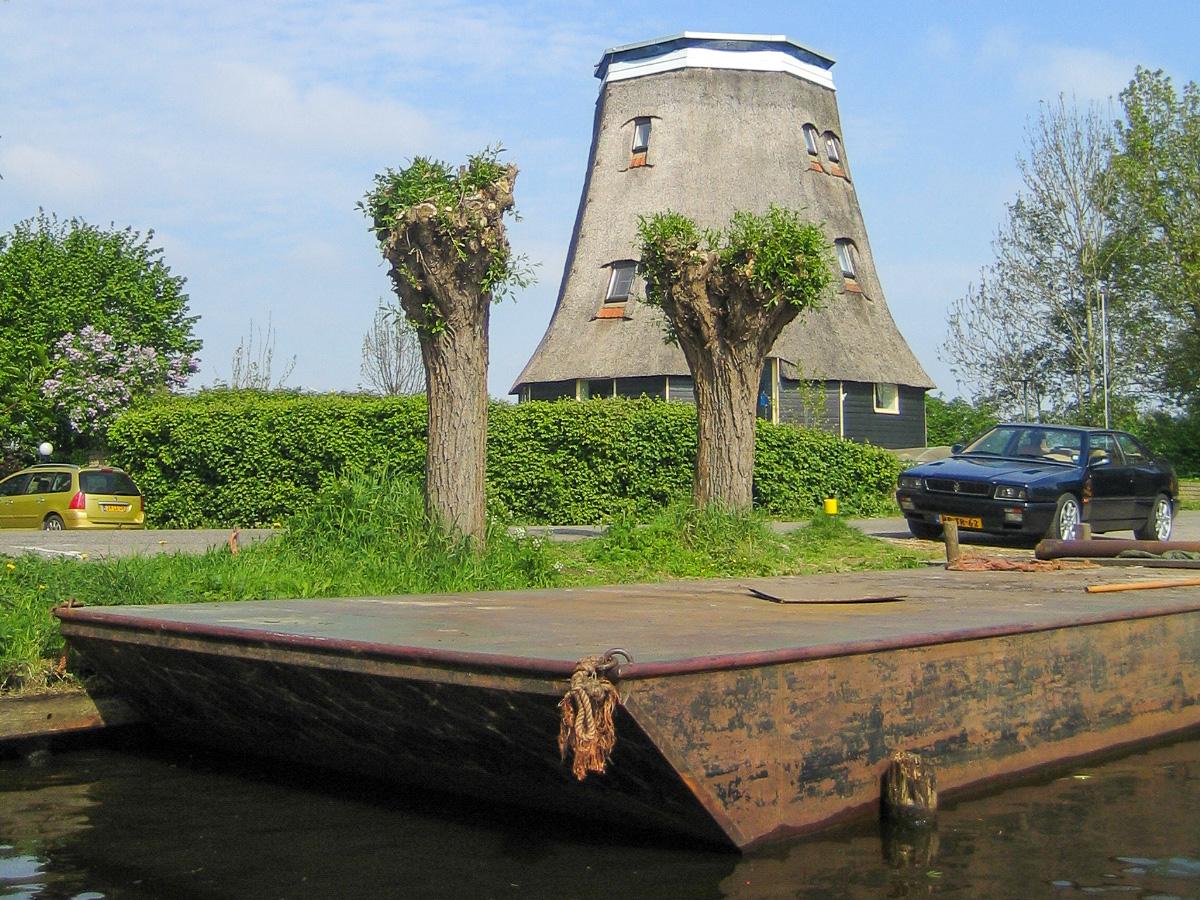 Eine geköpfte Windmühle in der Nähe des Ferienparks in Giethoorn in den Niederlanden