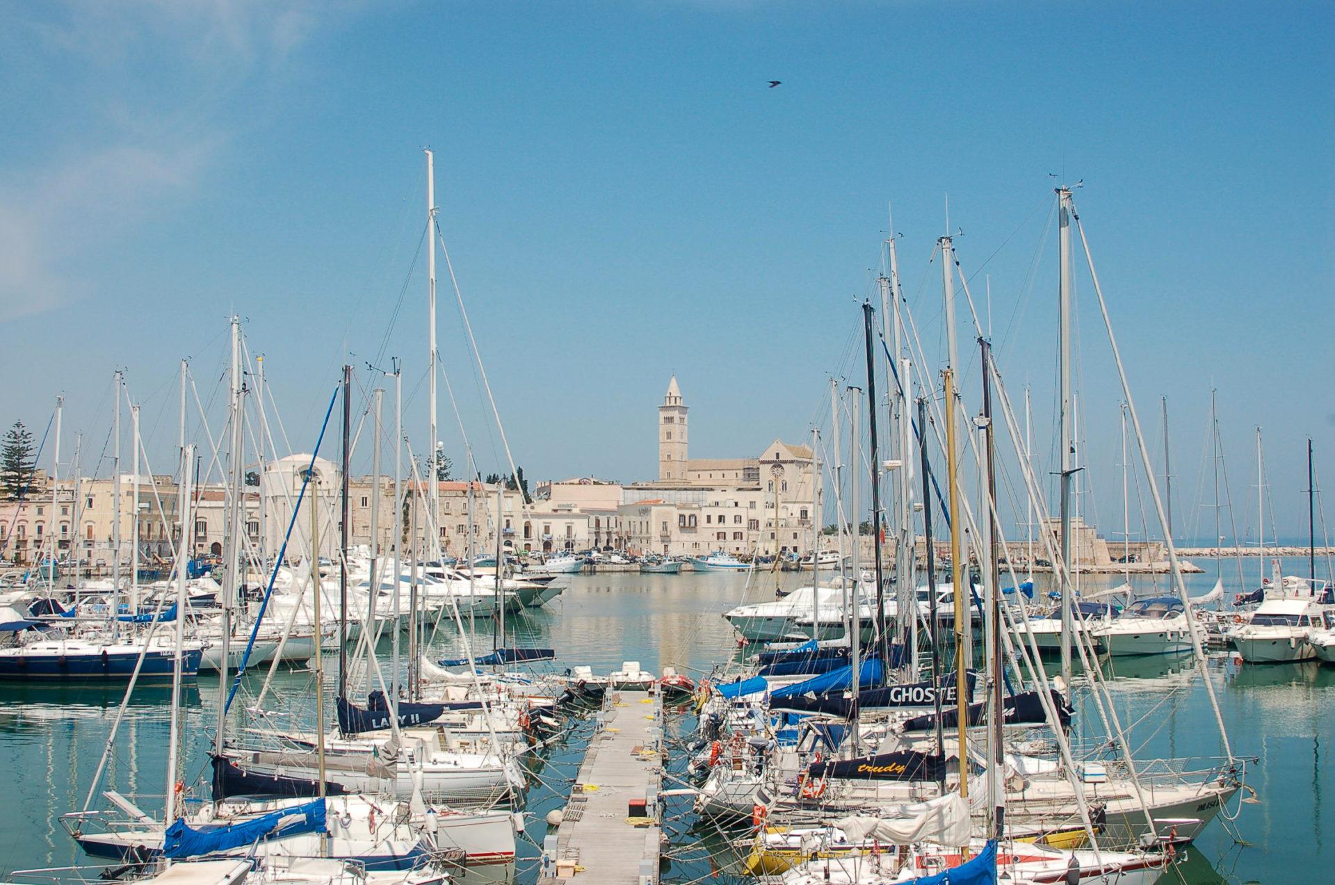 Der Hafen von Trani in Apulien gehört zu den Top-Sehenswürdigkeiten neben dem Primitivo