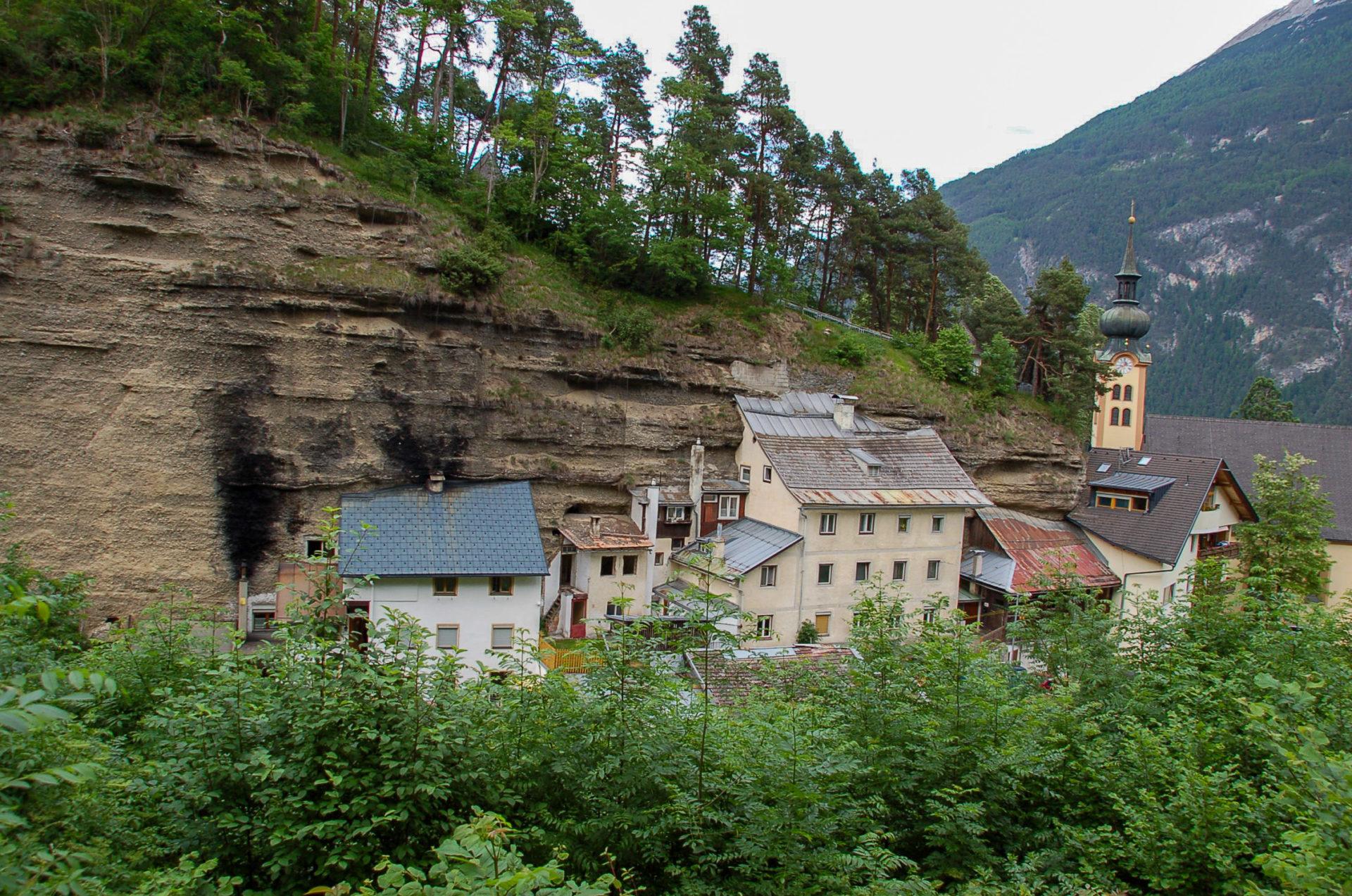 Felsenbehausungen im Ort Imst in Tirol, dem Startpunkt unserer Reise über den Inntalradweg in Tirol