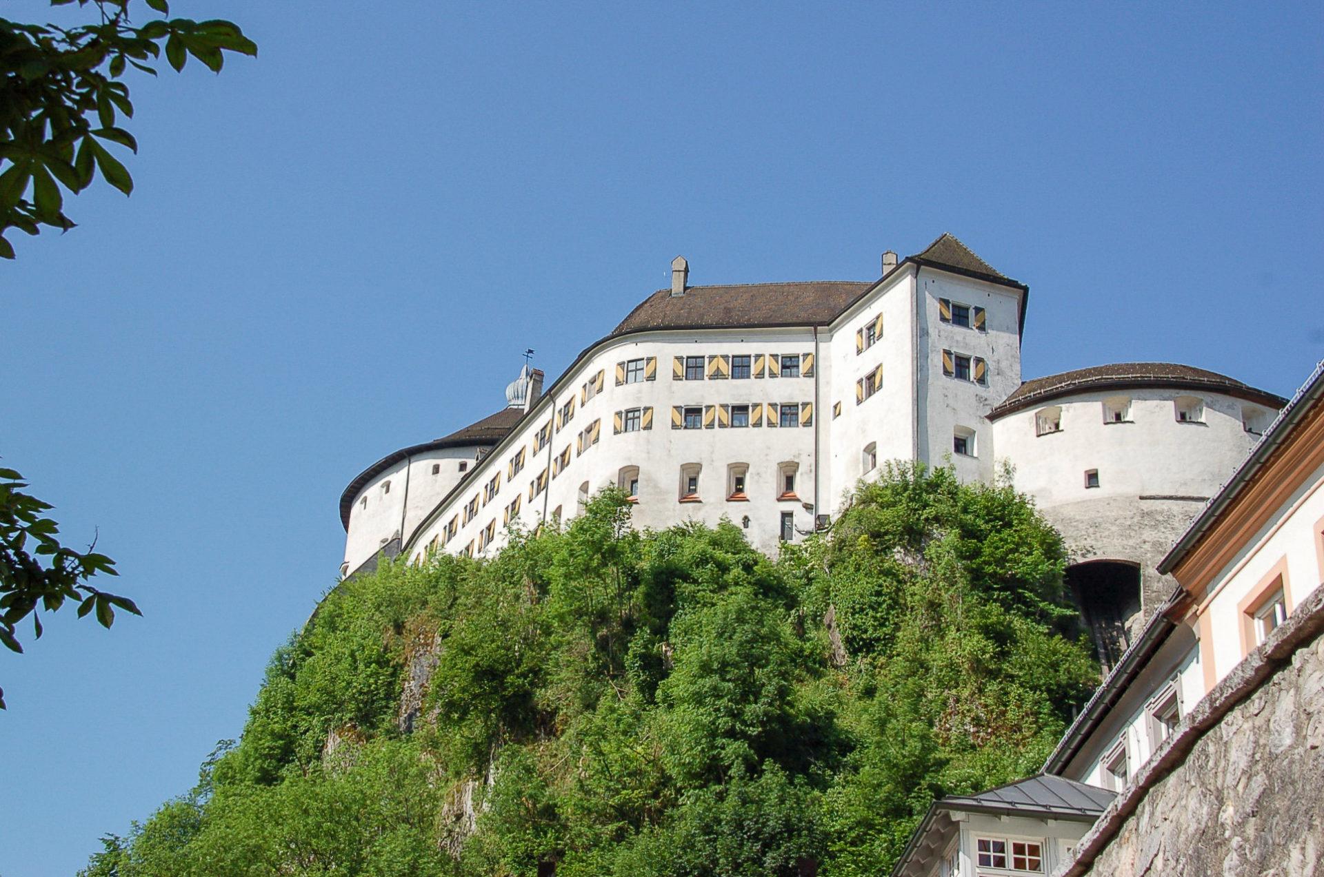 Die Burg in Kufstein am Innradweg in Tirol ist ein erhabener Anblick hoch auf einem Felsen