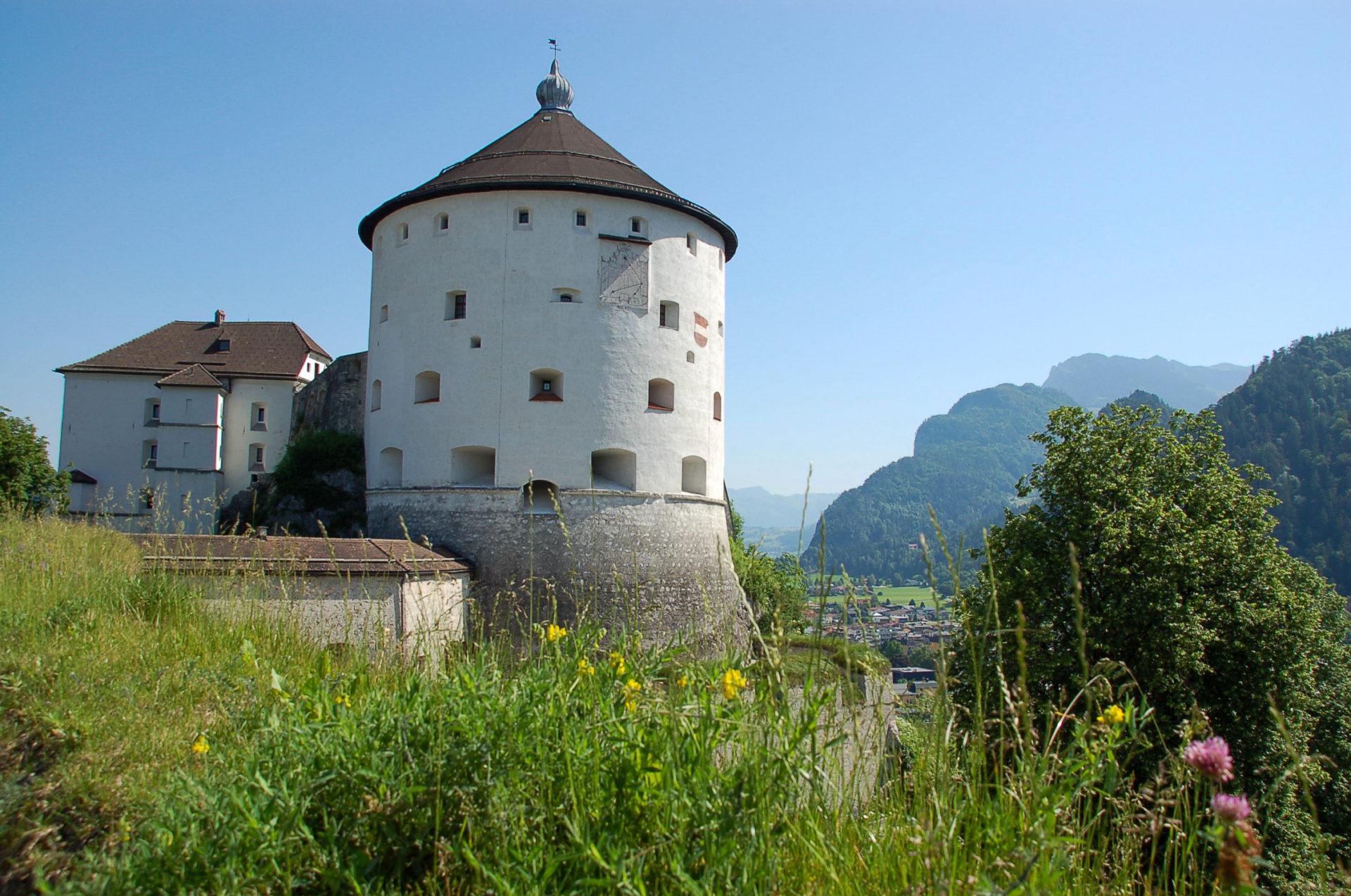 Die Burg in Kufstein am Innradweg in Tirol bietet fantastische Ausblicke auf die Alpen