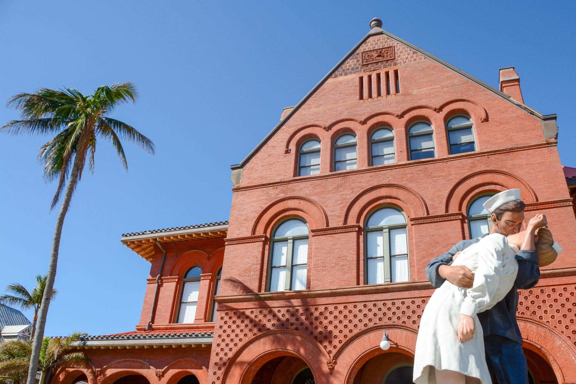 Statue eines küssenden Paares auf Key West in Florida