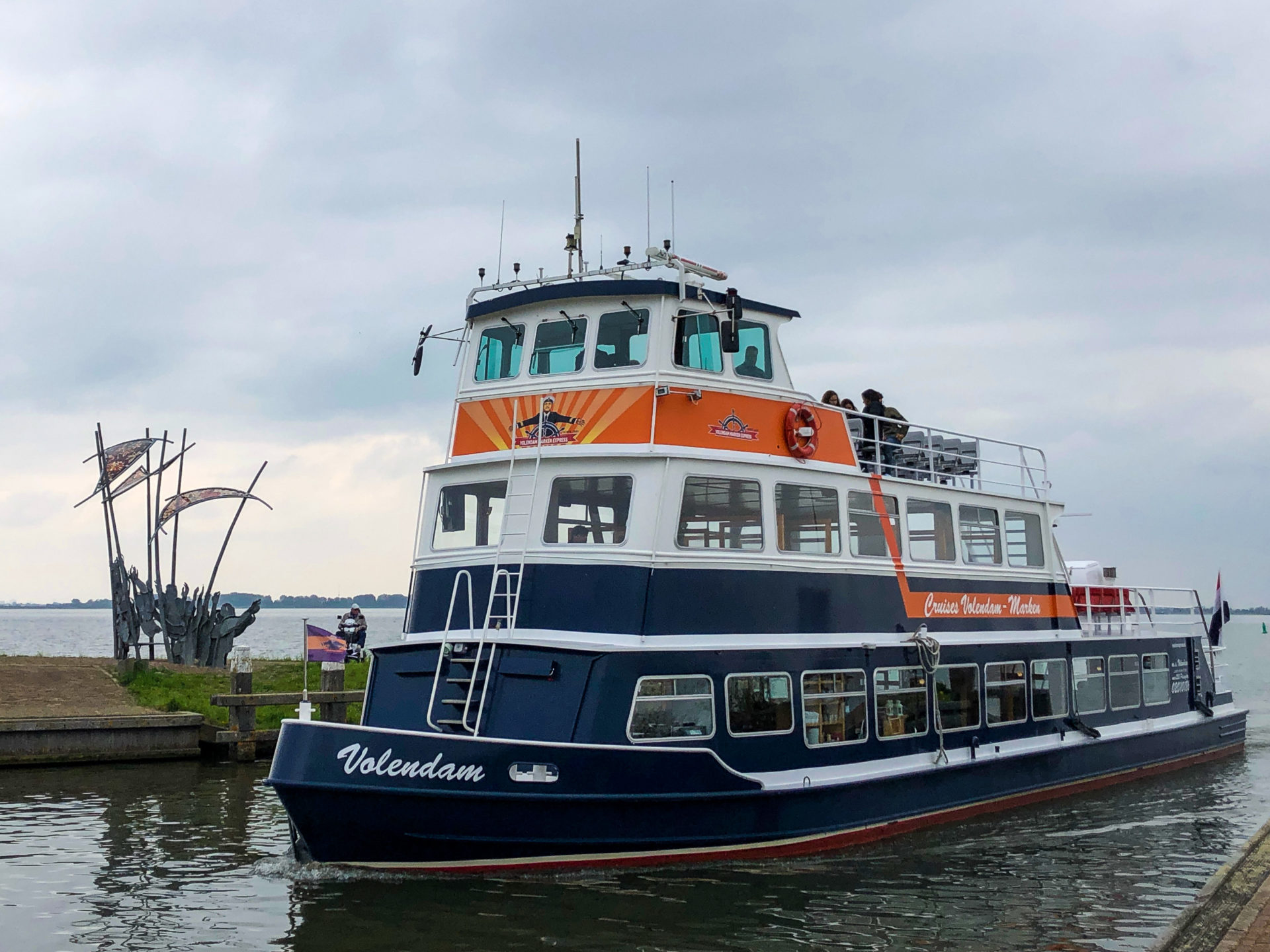 Die Fähre die zwischen Marken und Volendam in Holland pendelt