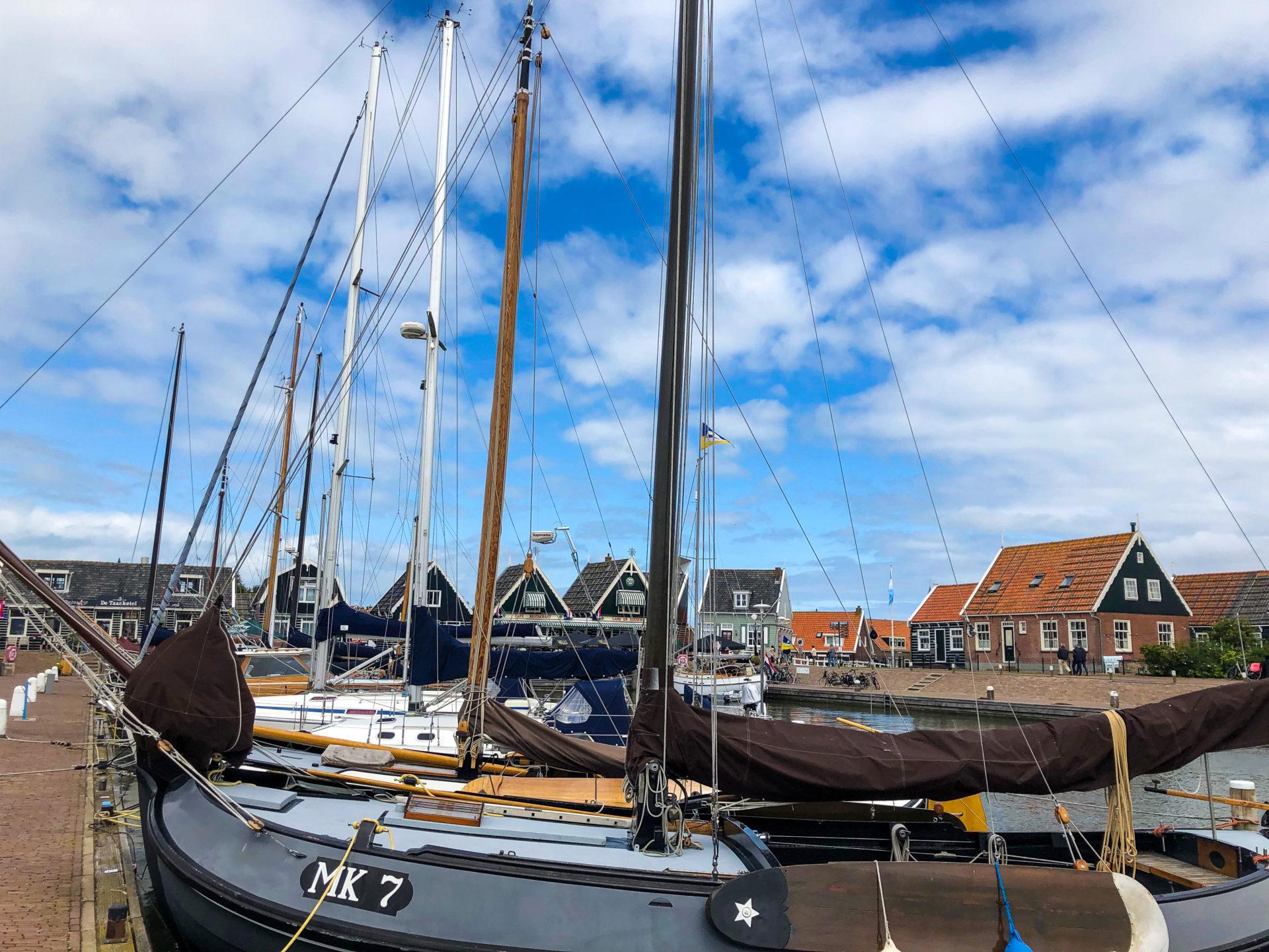 Trawler im Hafen von Marken in Holland