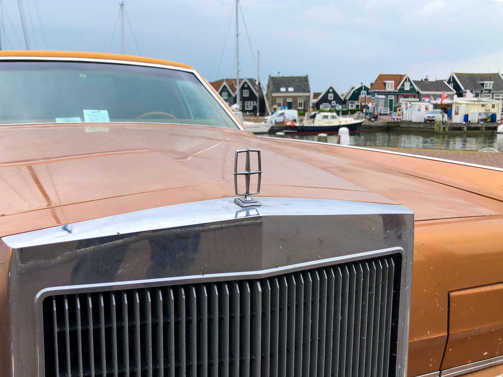 Kühlergrill eines amerikanischen Straßenkreuzers am Hafen von Marken in Holland