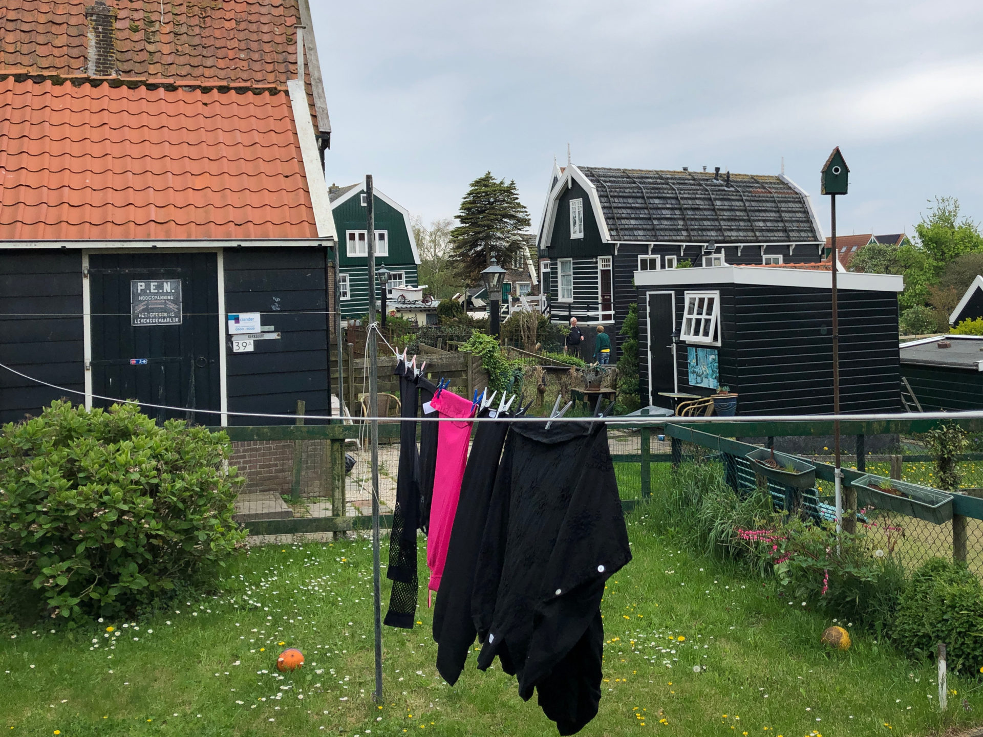 Wäsche zum Trocknen in einem Gagrten in Marken in Holland