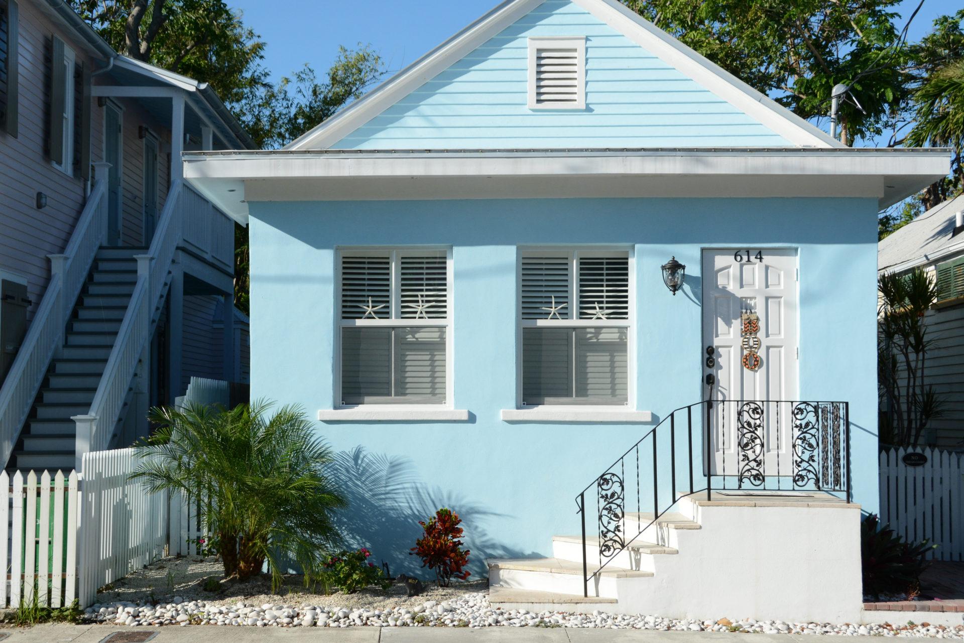 Ein pastellfarbenes Haus auf dem Parcours der Fahrradtour durch Key West mit Kew West Bike Tours